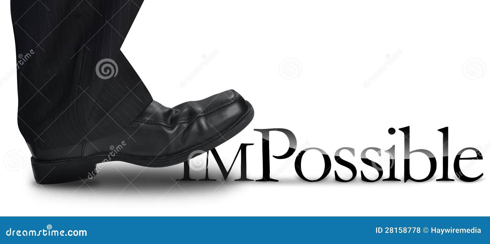 Hombre de negocios que camina en el texto imposible