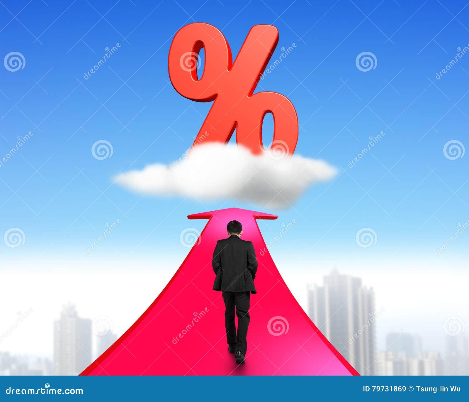 Hombre de negocios que camina en flecha hacia muestra de porcentaje