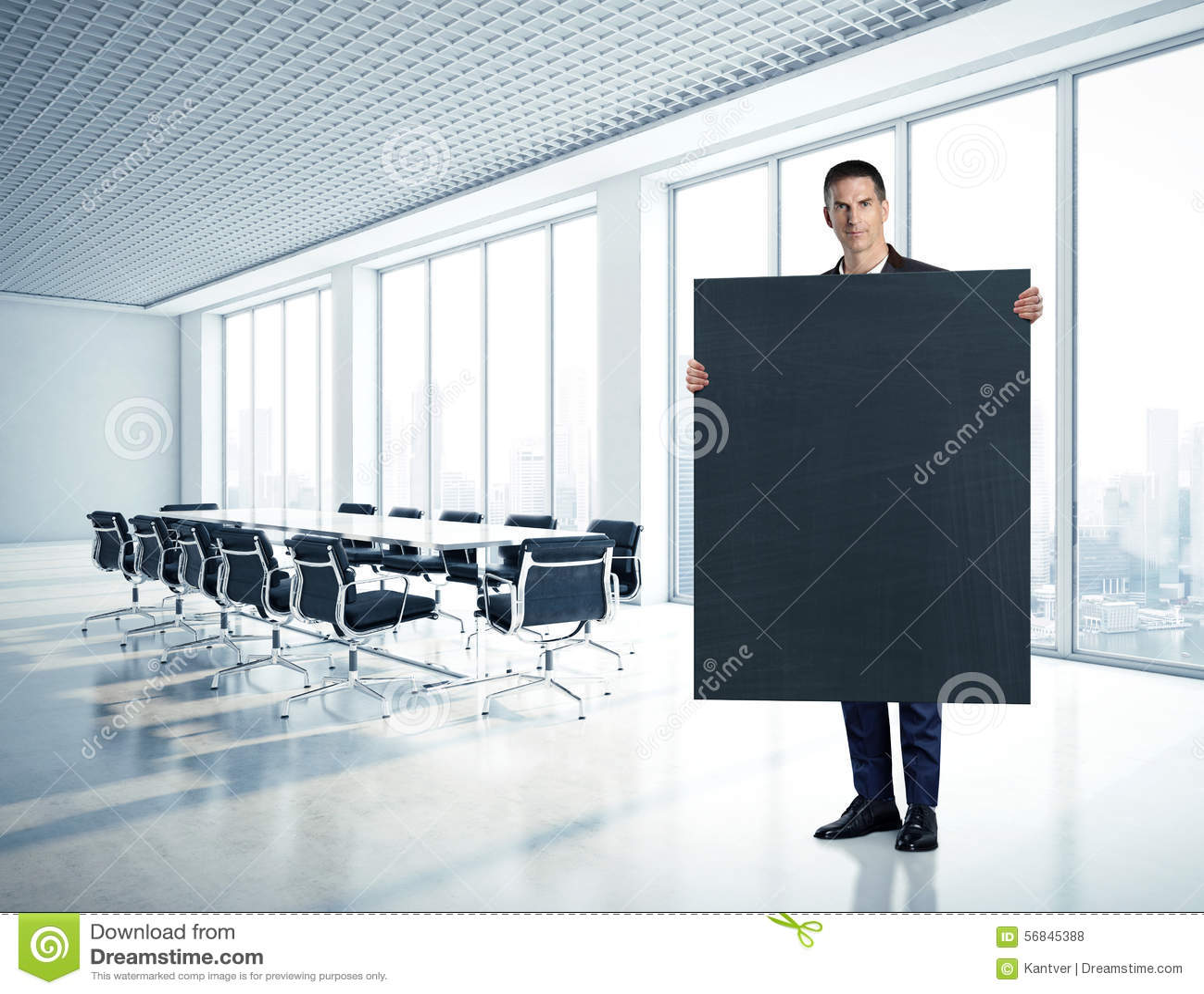 Hombre de negocios que celebra la pizarra en la oficina
