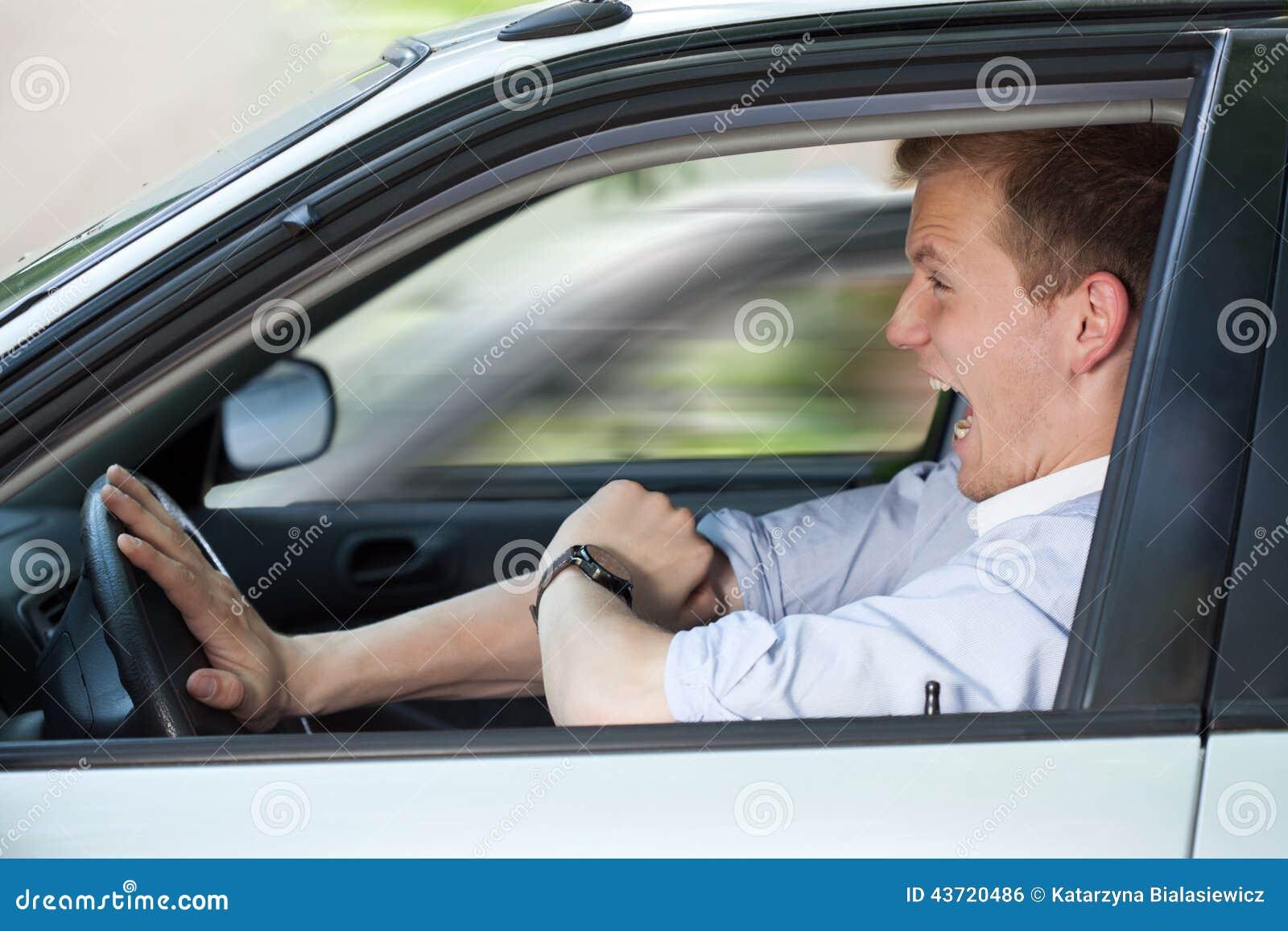 Hombre de negocios que conduce rápidamente su coche