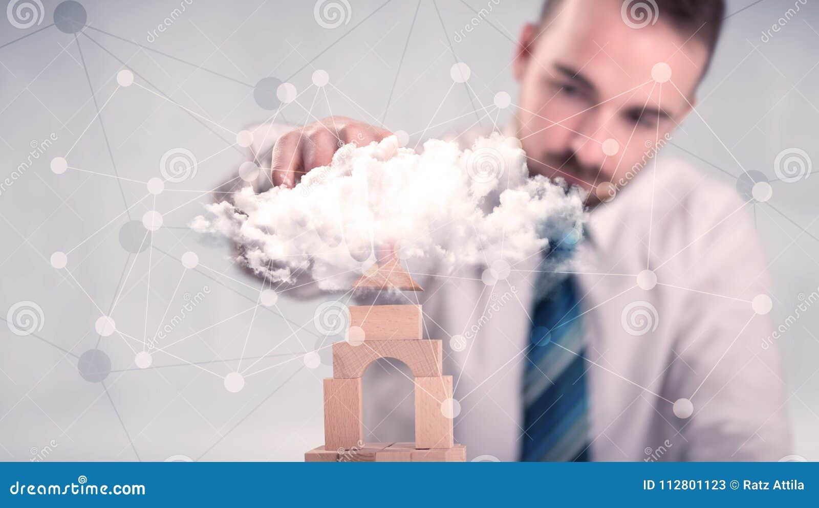 Hombre de negocios que construye una torre