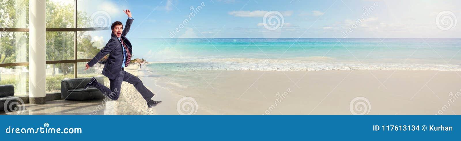 Hombre de negocios que corre en la playa