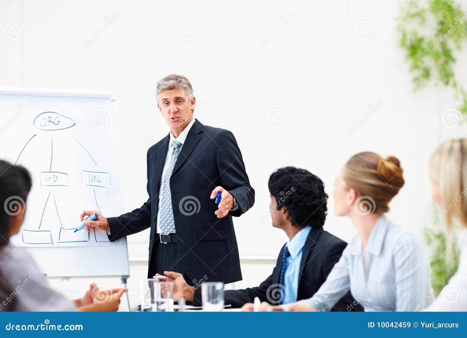 Hombre de negocios que da el entrenamiento a sus colegas