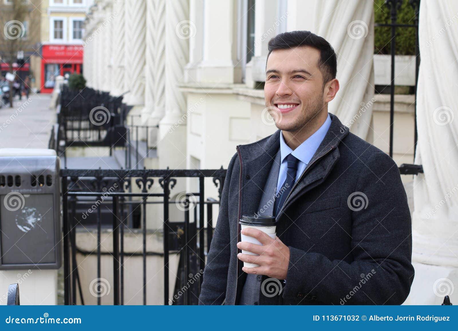 Hombre de negocios que deja su hogar en la mañana
