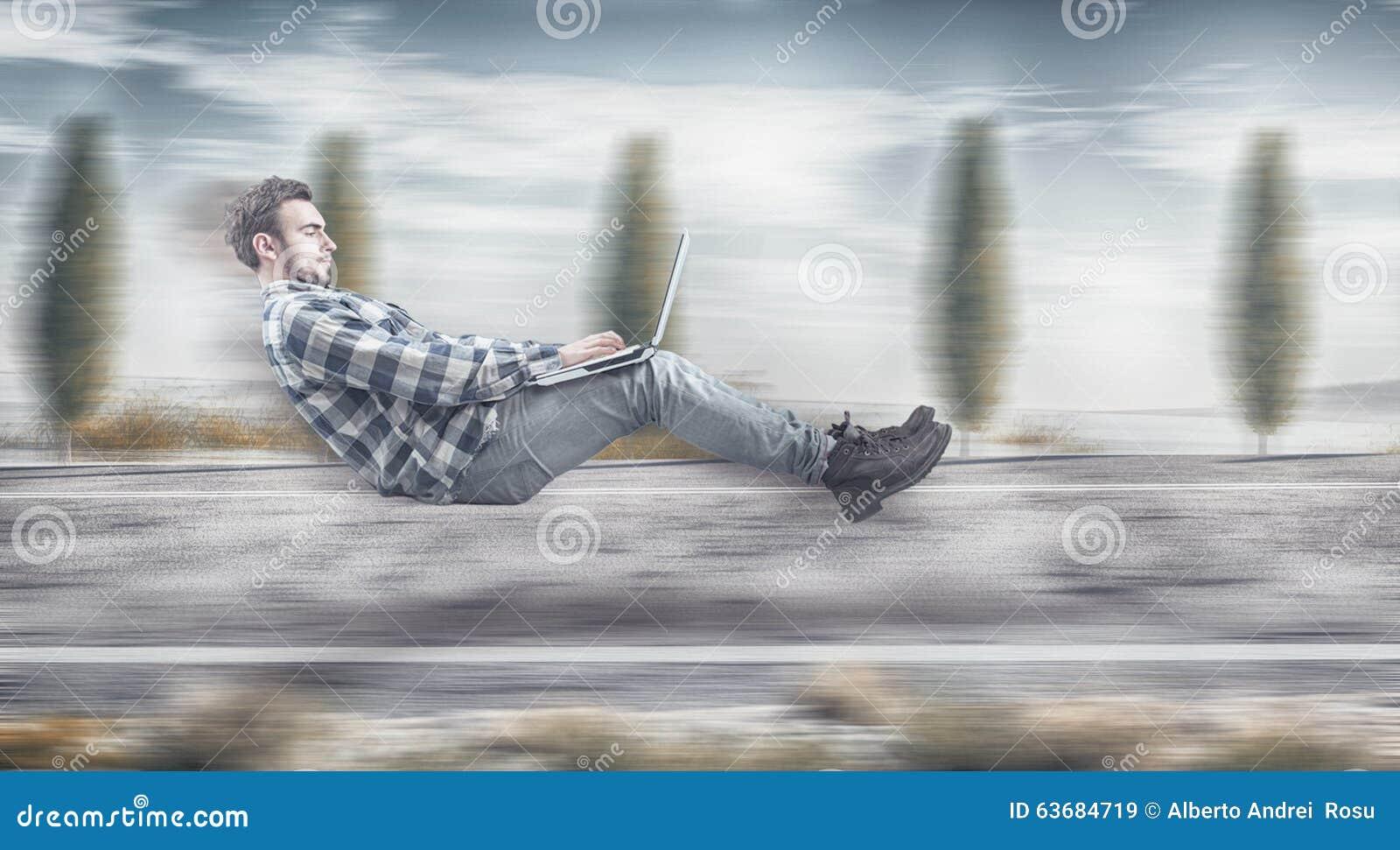 Hombre de negocios que eleva y mantiene flotando rápido