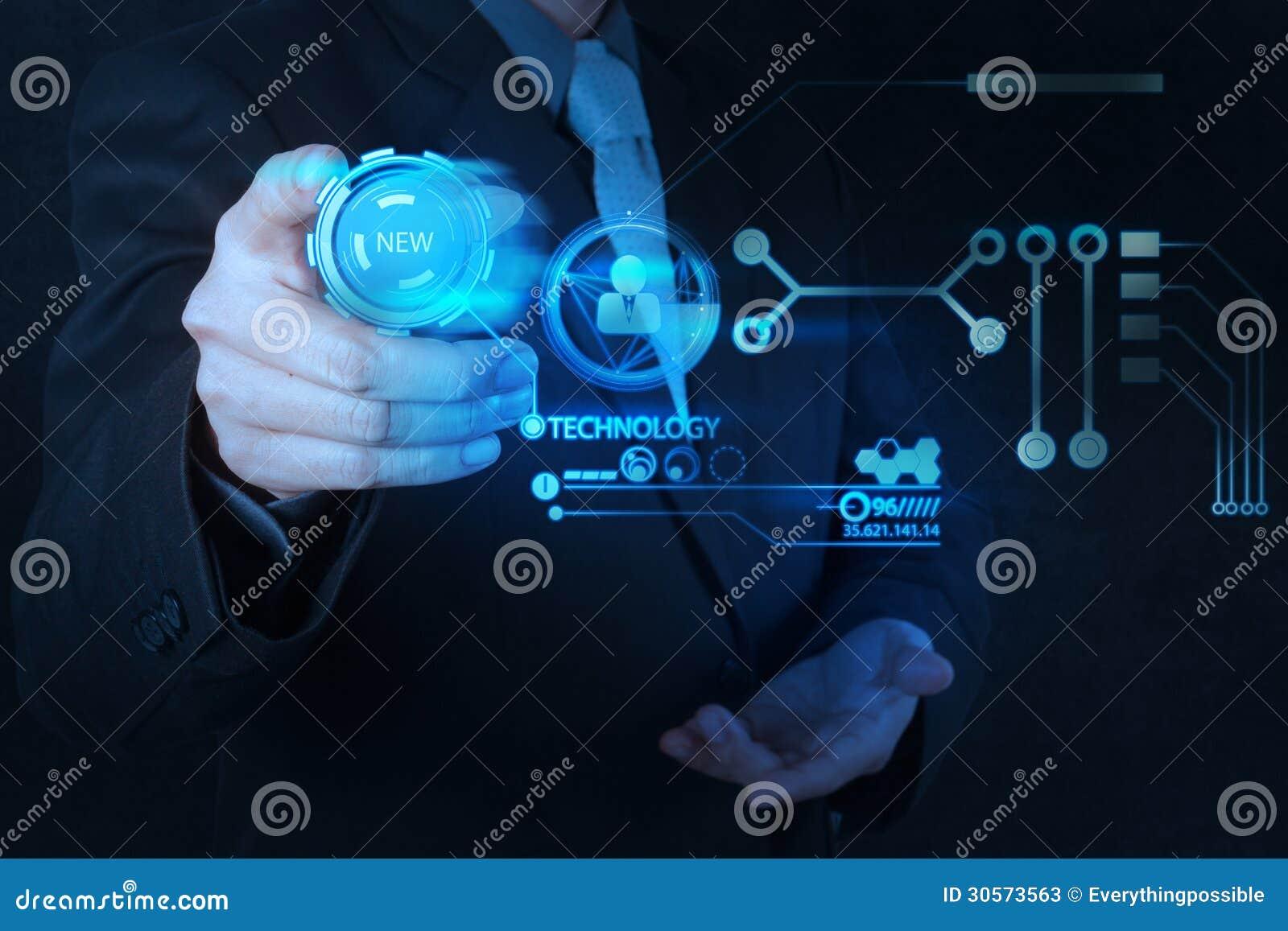 Hombre de negocios que empuja el botón de la nueva tecnología manualmente en comput moderno