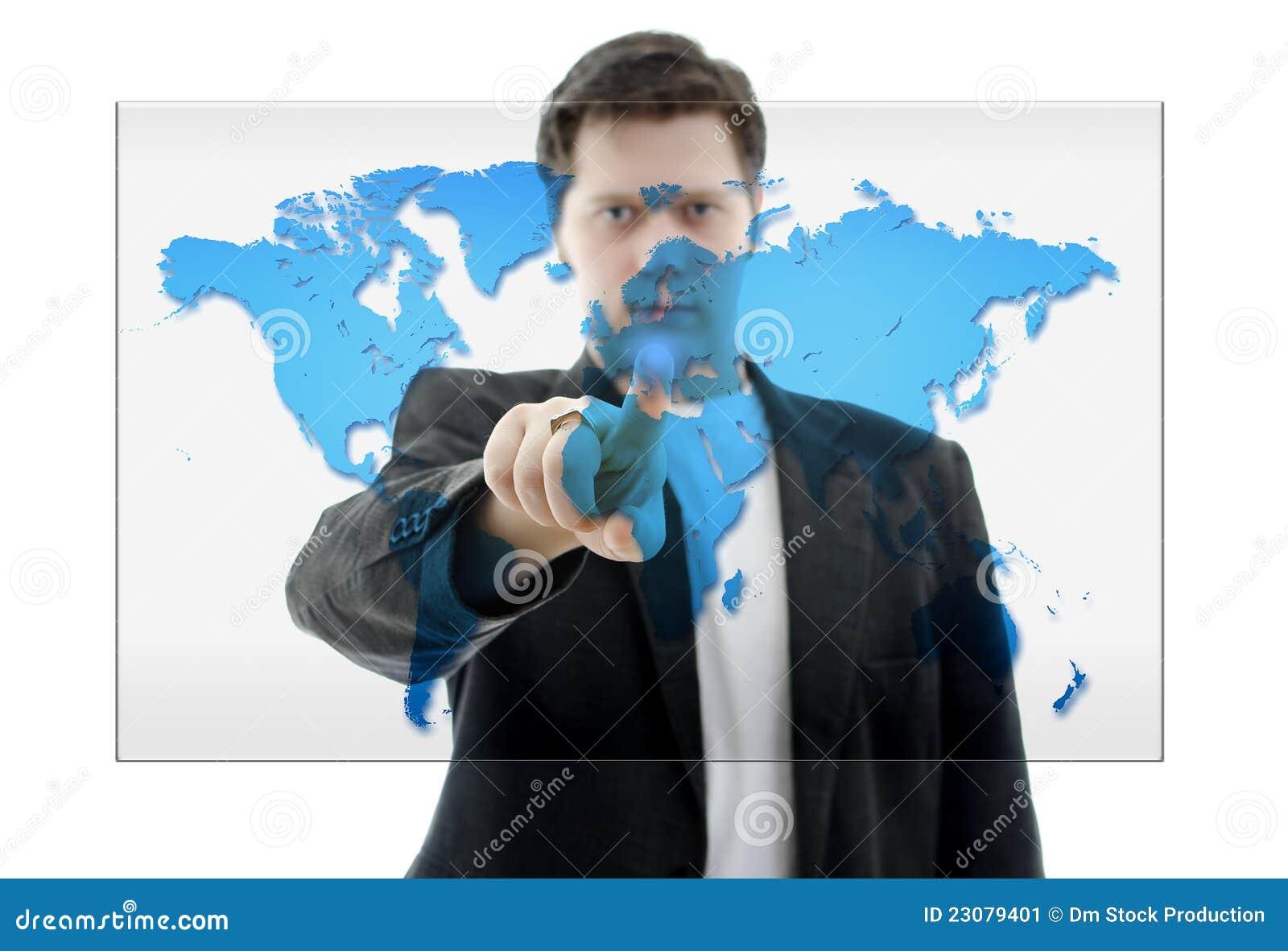 Hombre de negocios que empuja en un interfaz de la pantalla táctil