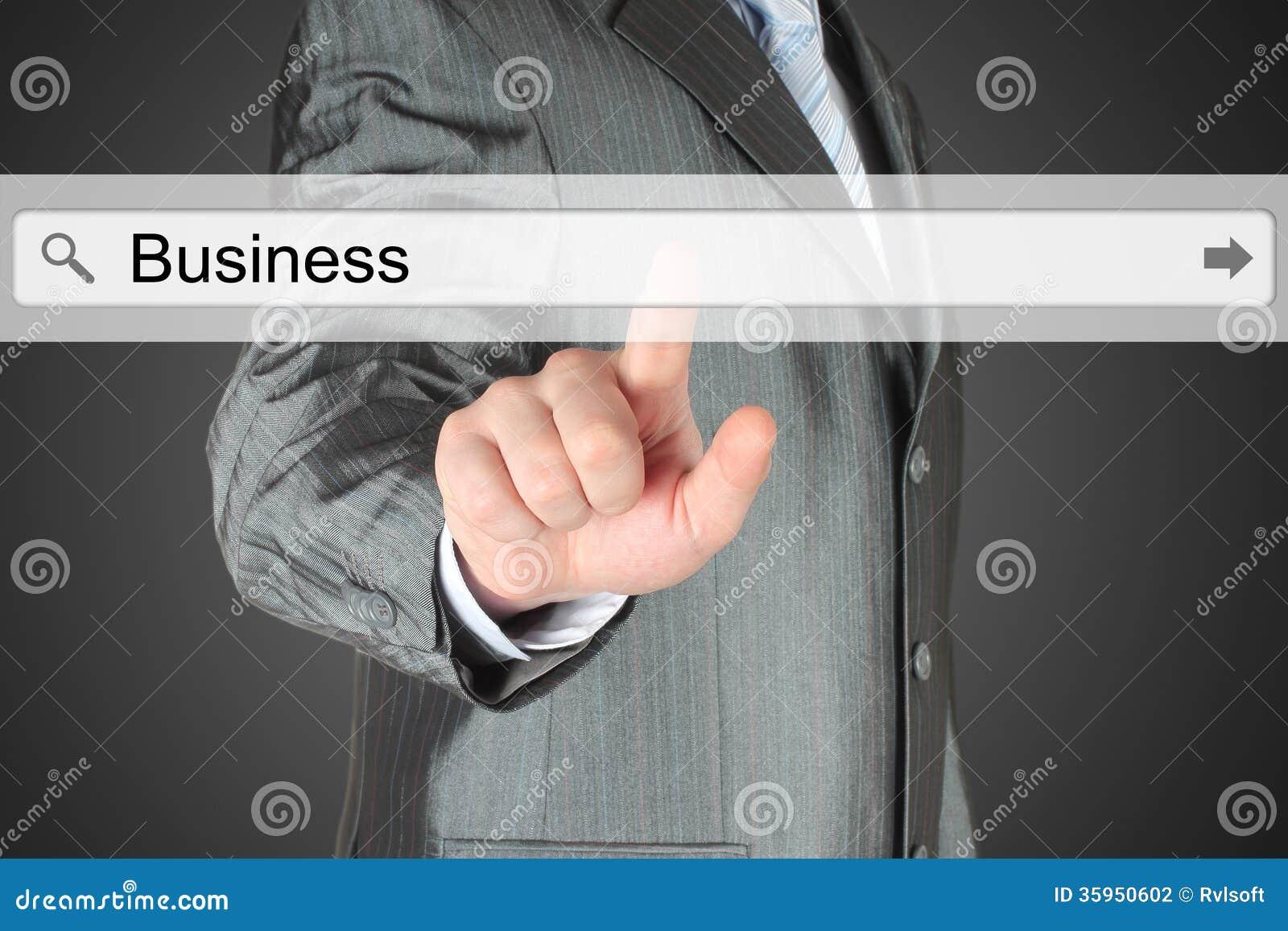 Hombre de negocios que empuja la barra virtual de la búsqueda con palabra del negocio