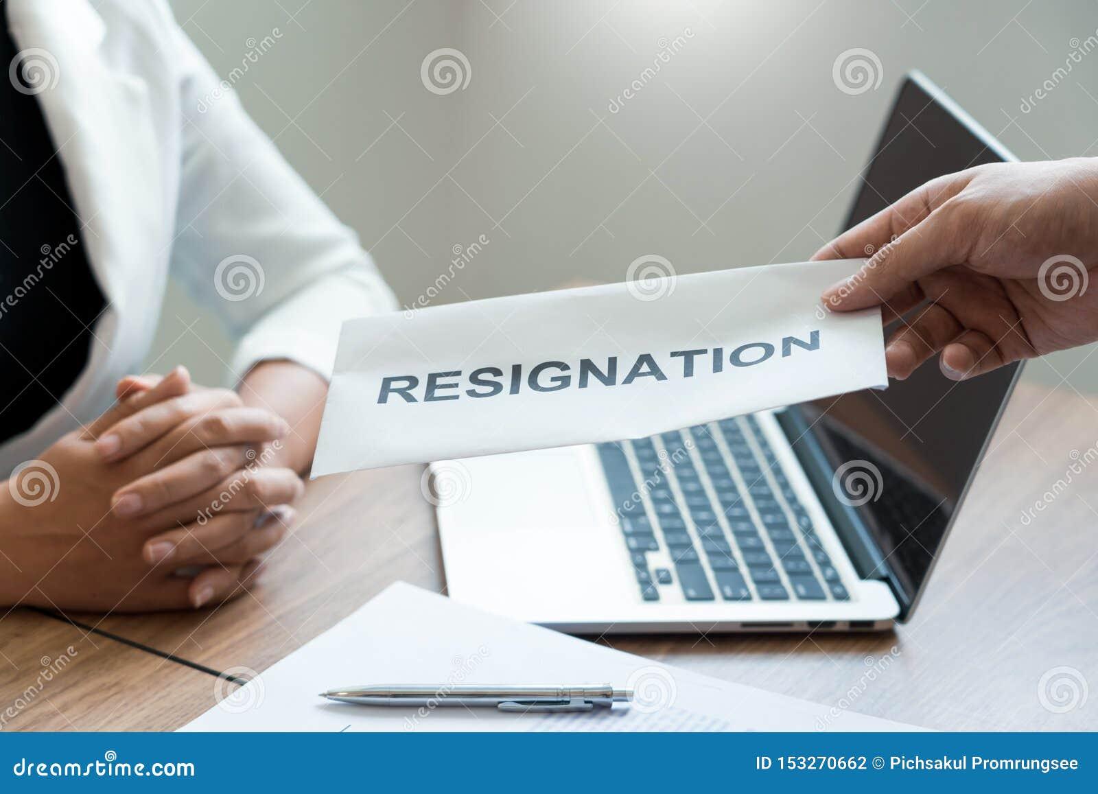 Hombre de negocios que envía la carta de dimisión a la dimisión de Including del jefe del patrón alrededor de las posiciones y de