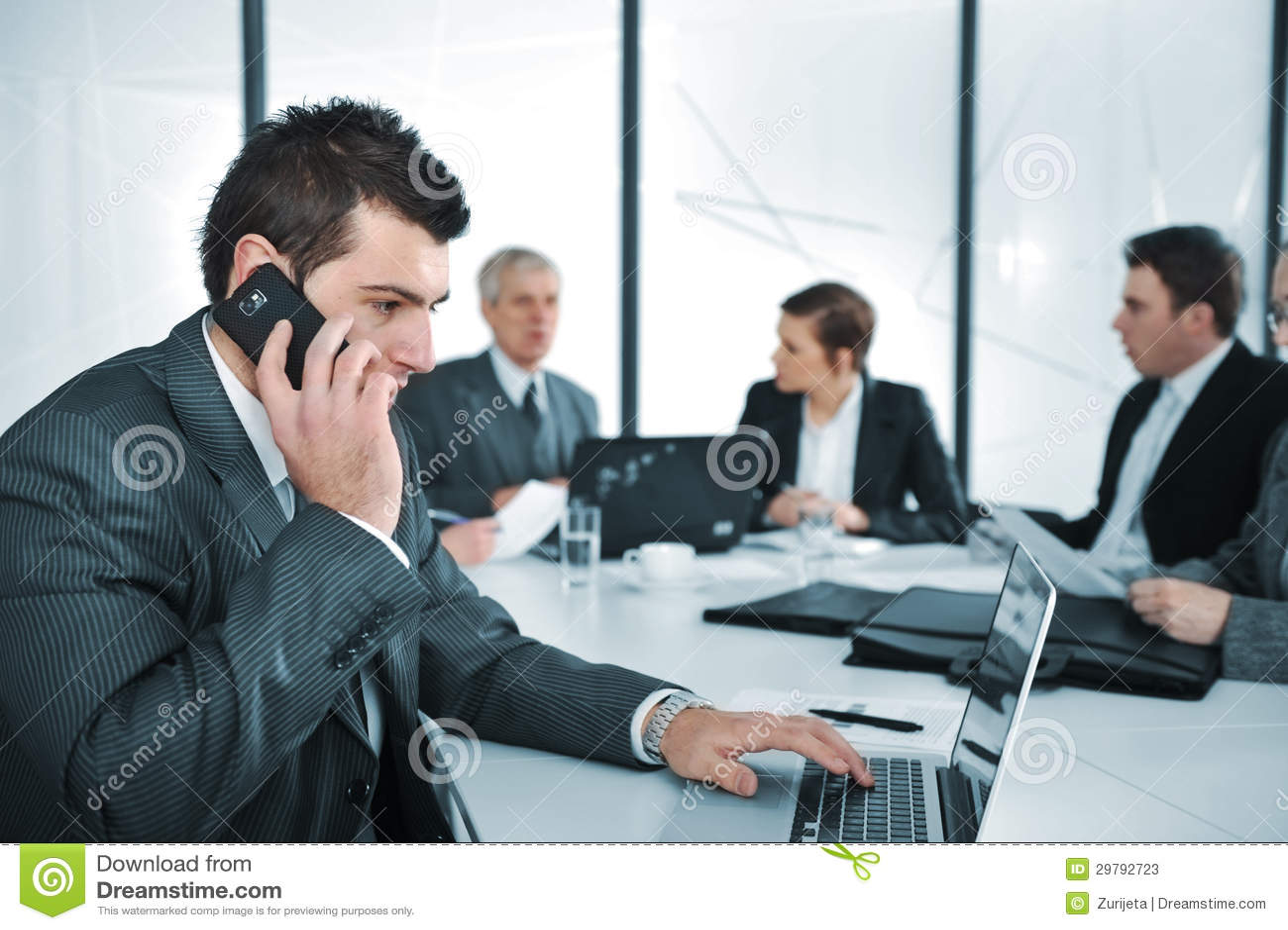 Hombre de negocios que habla en el teléfono