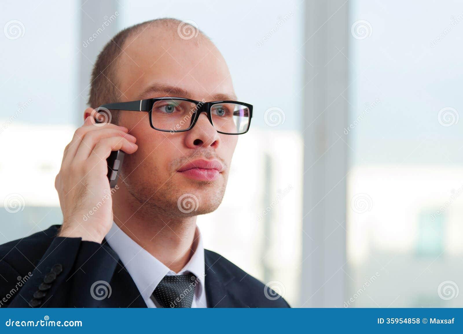 Hombre de negocios que habla por el teléfono