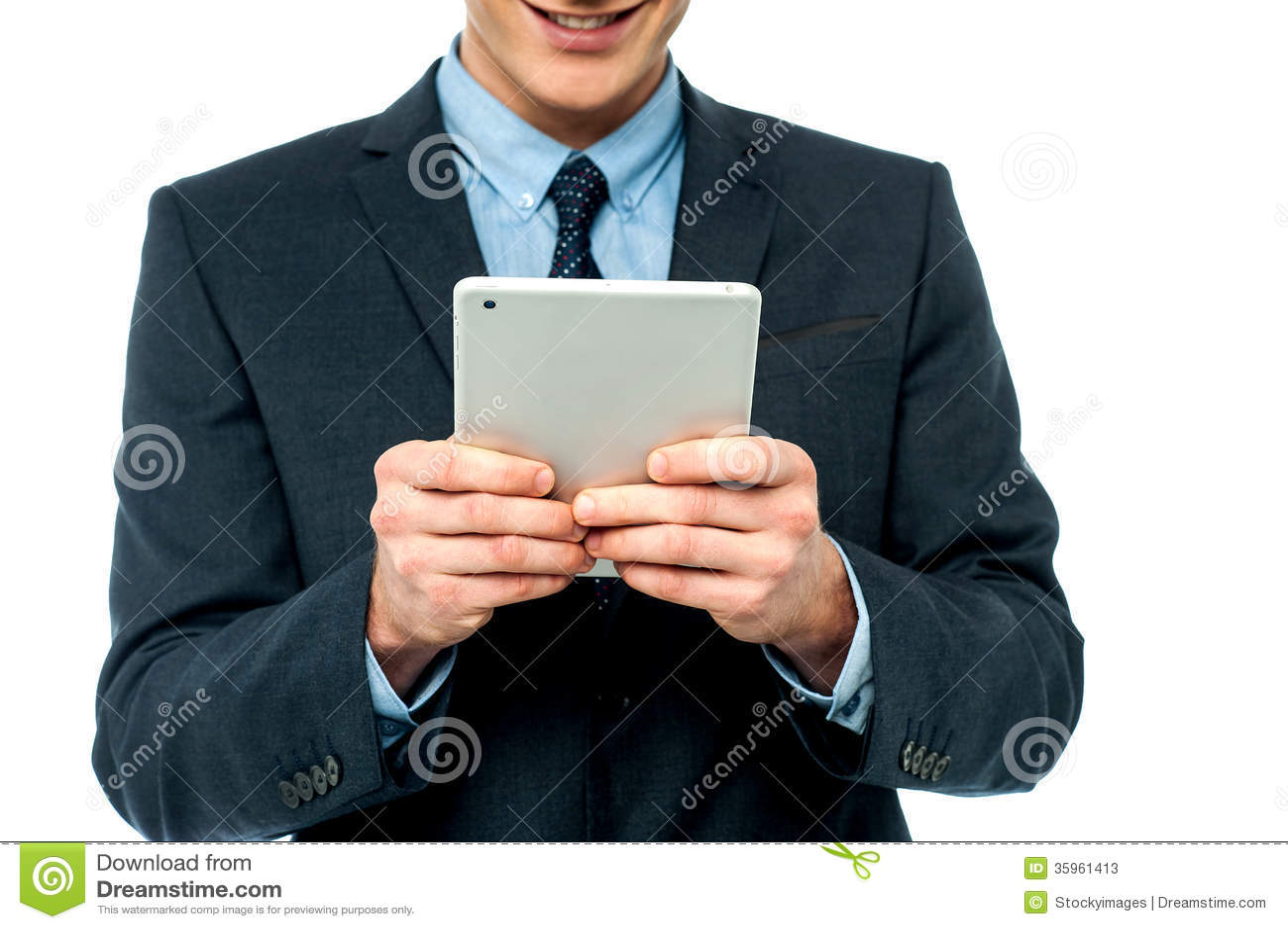 Hombre de negocios que hojea en la PC de la tableta