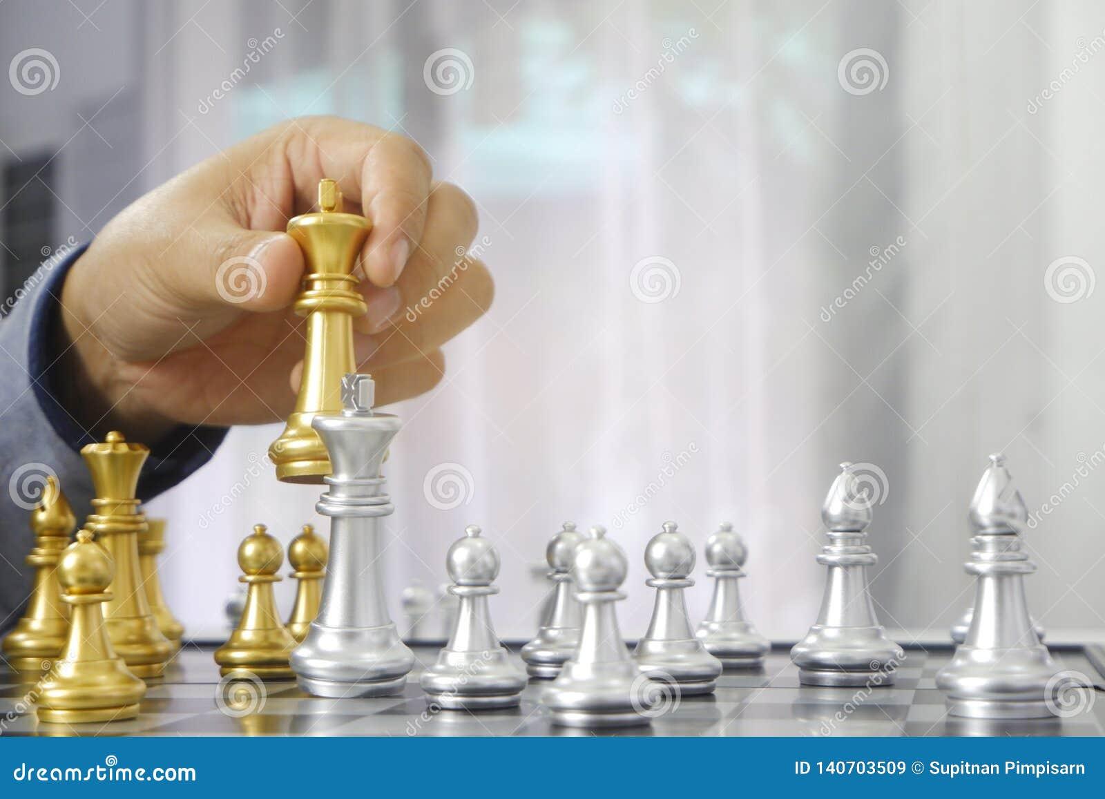 Hombre de negocios que juega al juego de ajedrez; para la estrategia empresarial, dirección y concepto de la gestión