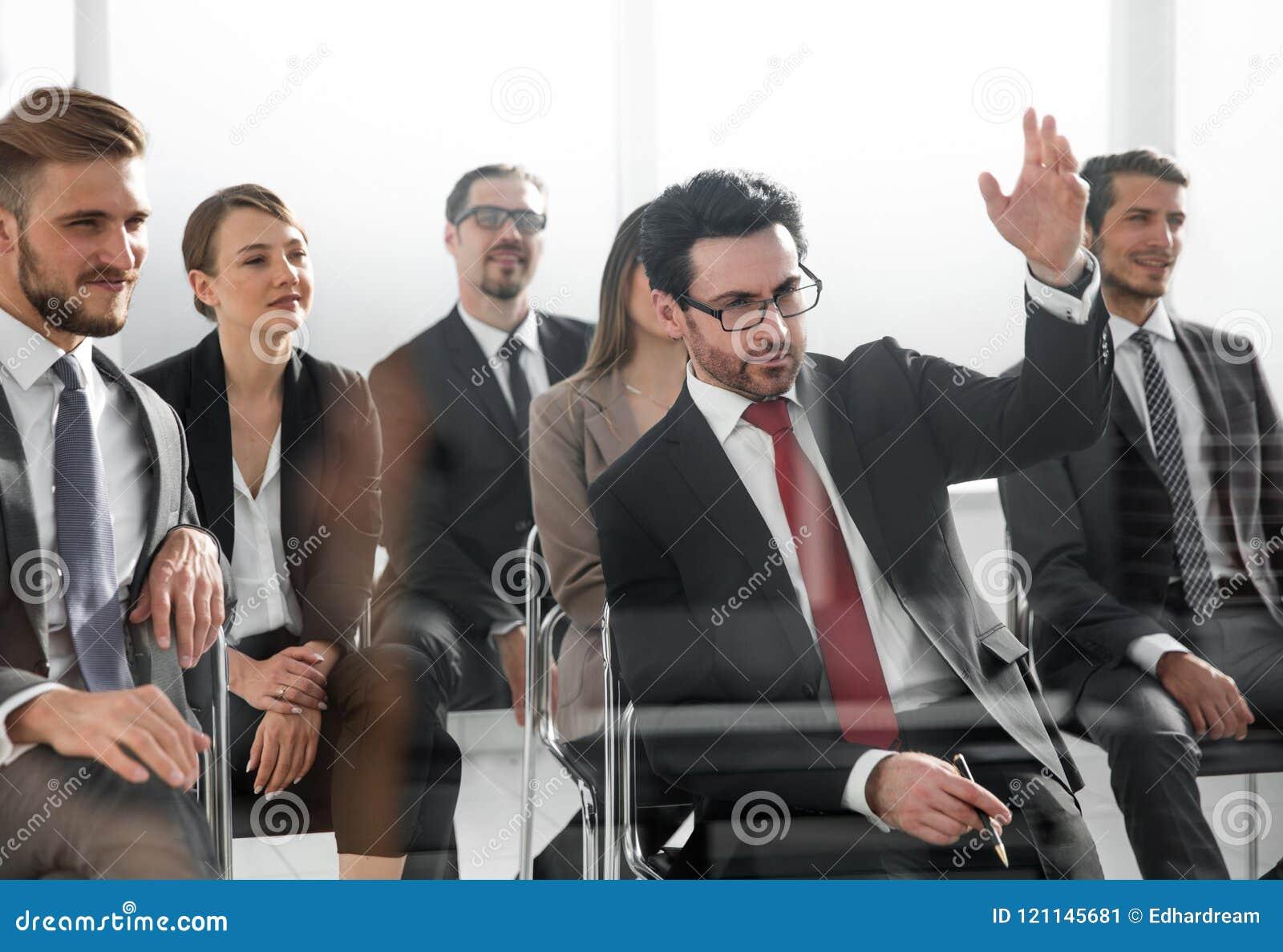 Hombre de negocios que levanta su mano