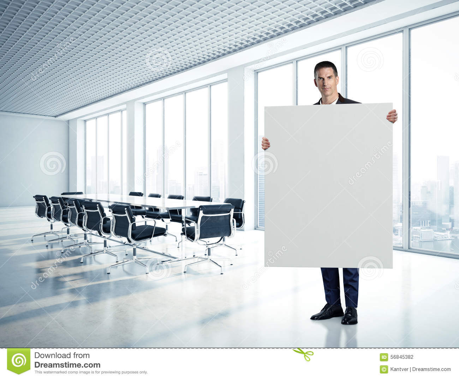 Hombre de negocios que lleva a cabo la lona en blanco en el contemporáneo