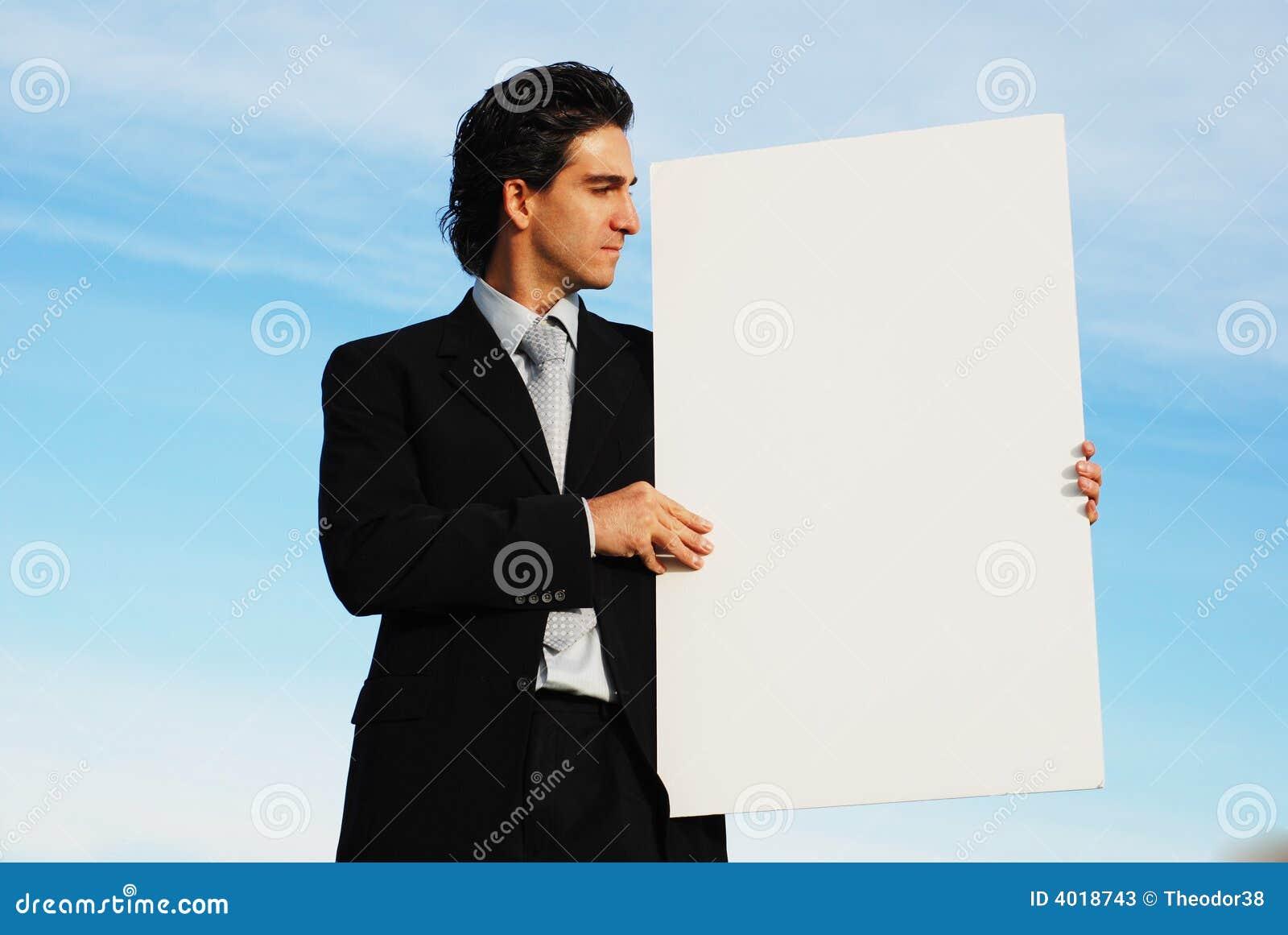 Hombre de negocios que lleva a cabo a la tarjeta en blanco