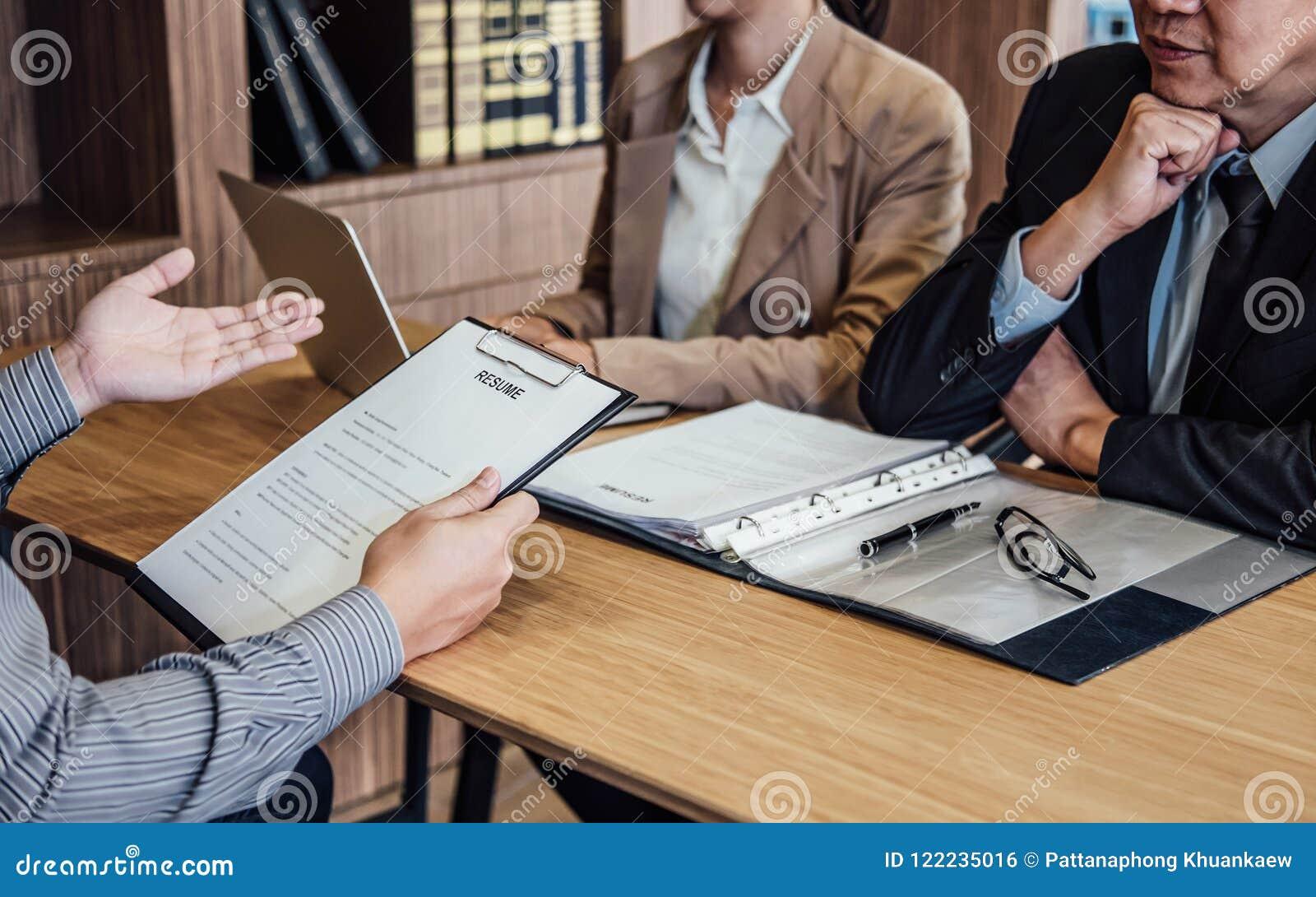 download hombre de negocios que lleva a cabo su curriculum vitae y que lo explica sobre