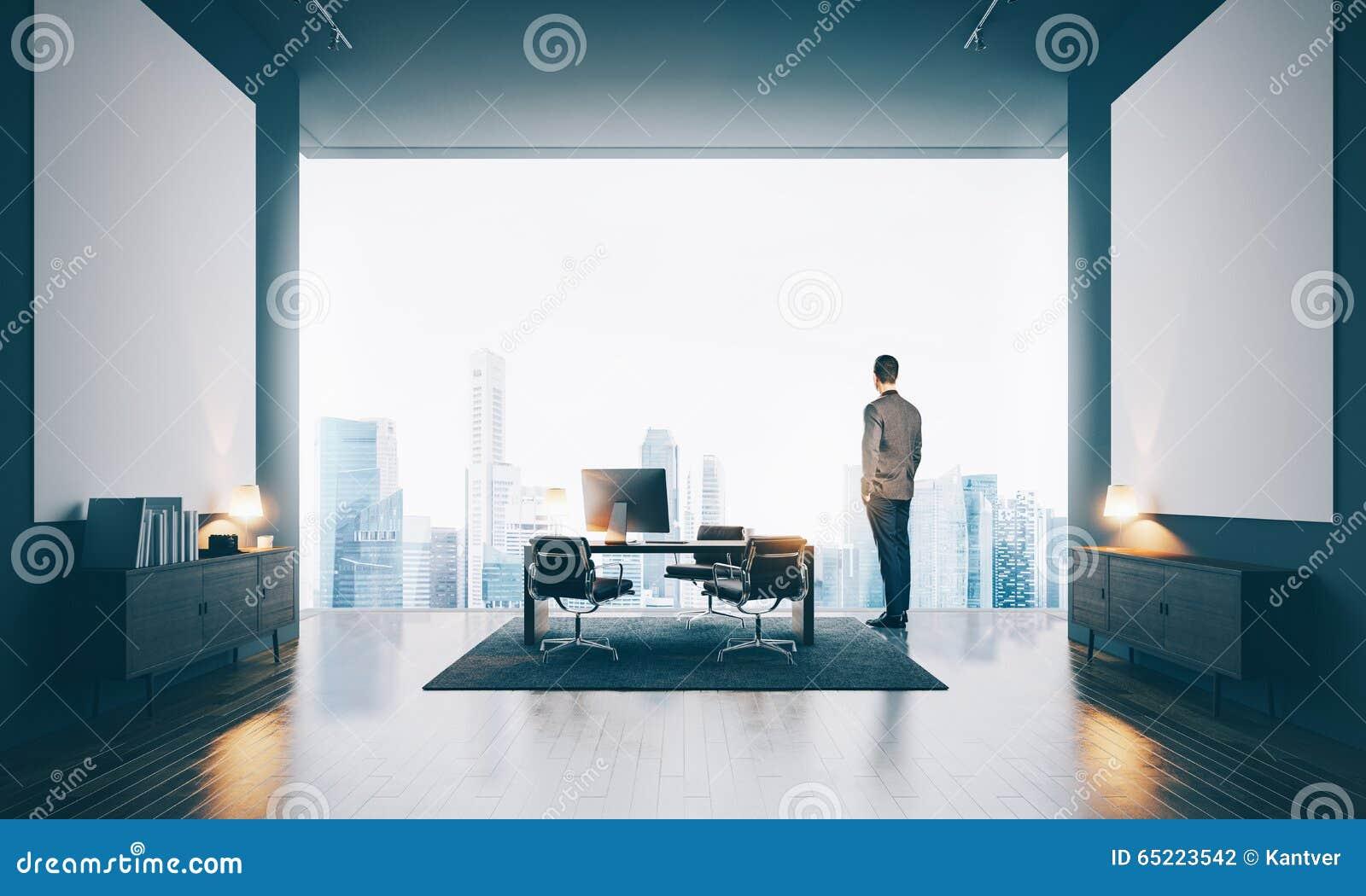 Hombre de negocios que lleva el traje moderno y que lo mira