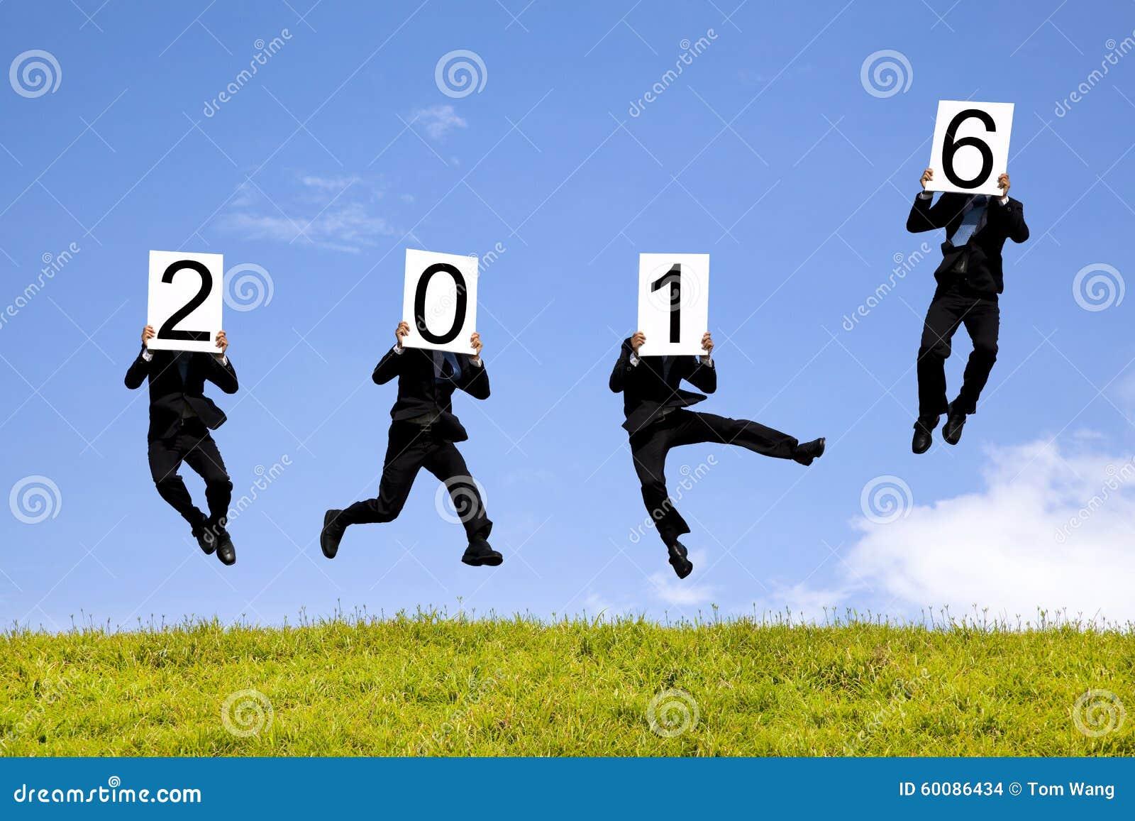 Hombre de negocios que muestra el Año Nuevo 2016