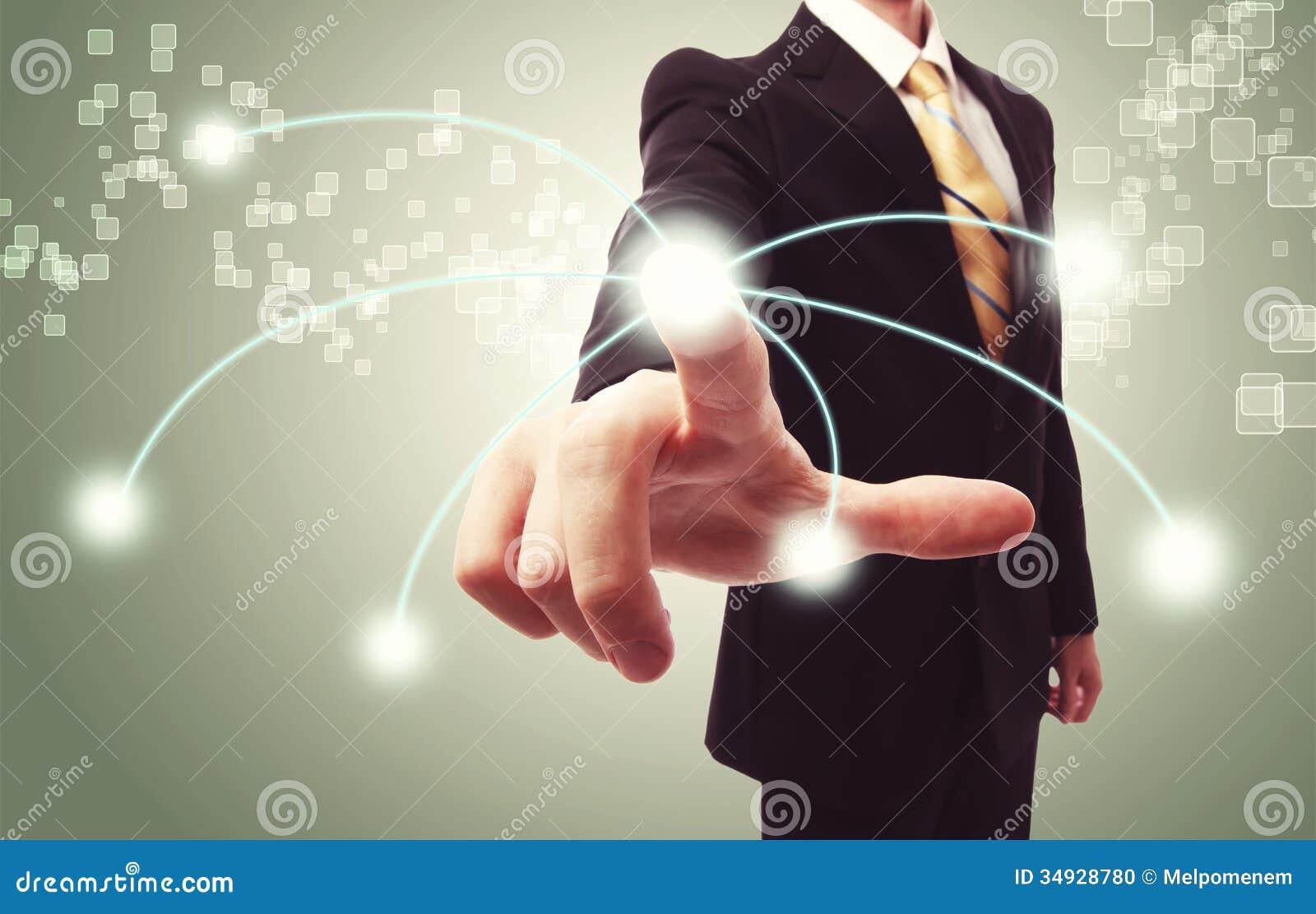 Hombre de negocios que presiona el botón de la tecnología