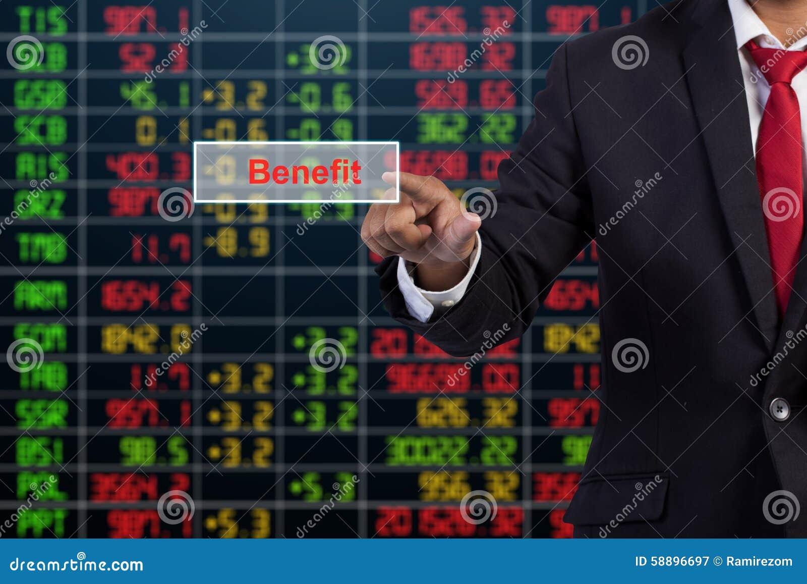 Hombre de negocios que presiona el botón en interfaz de la pantalla táctil