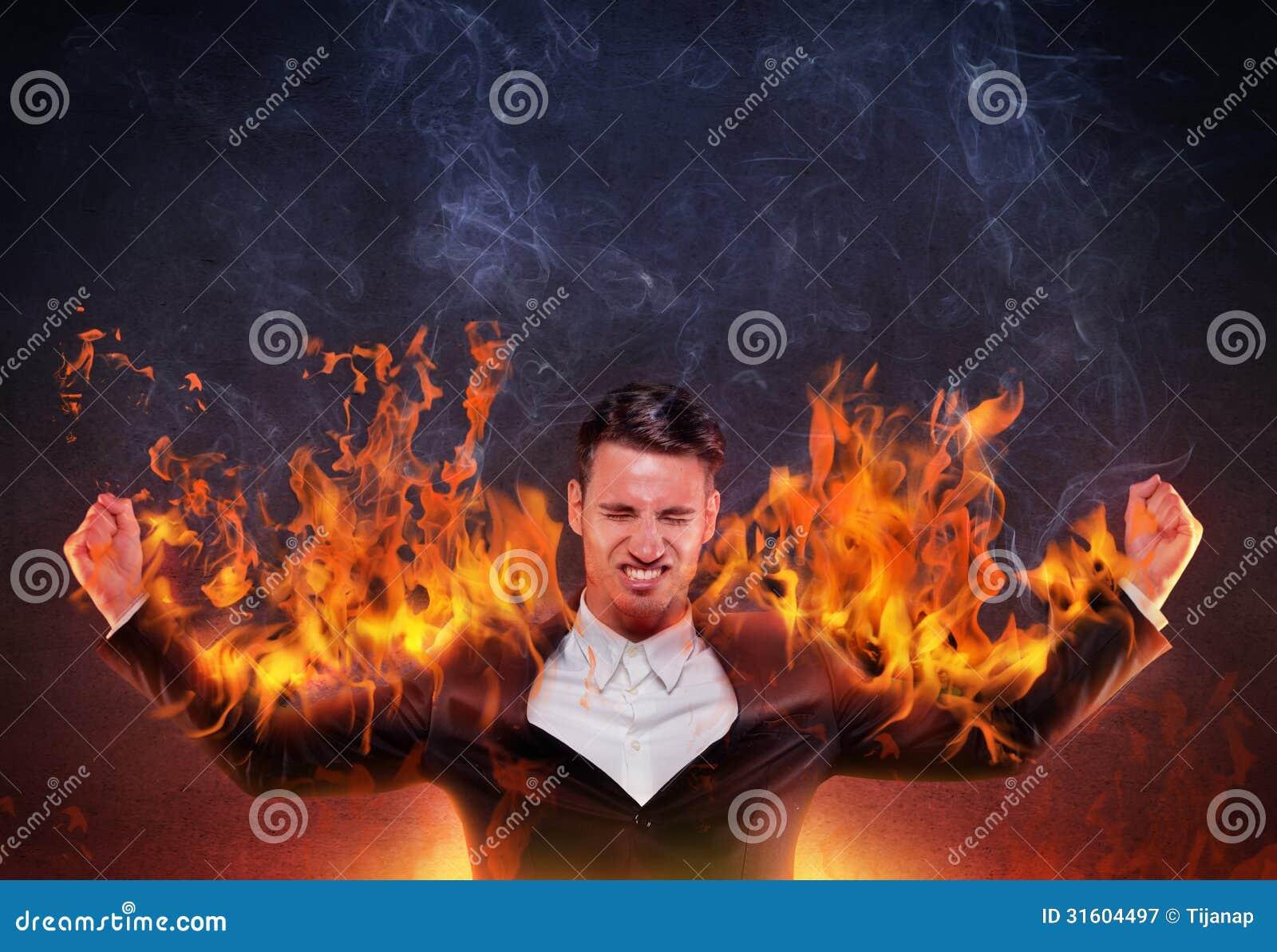 Hombre de negocios que quema con cólera
