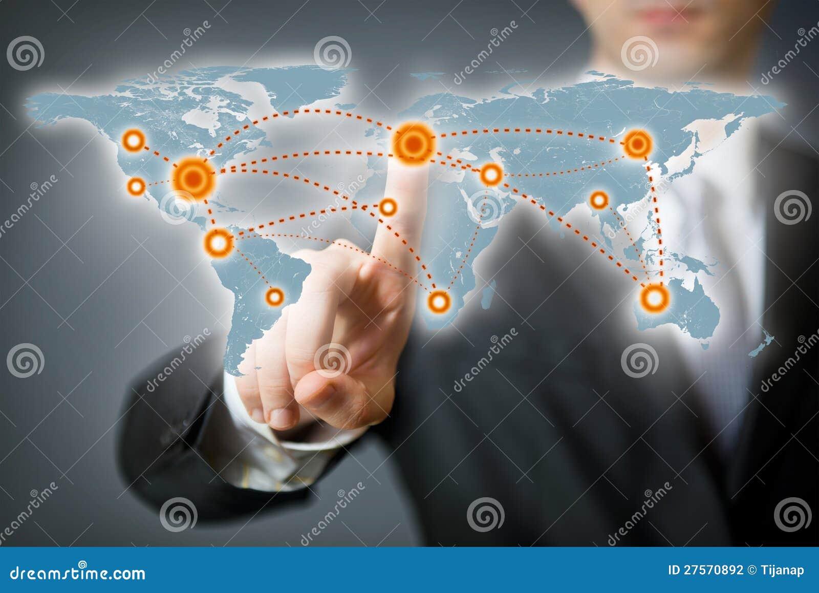 Hombre de negocios que señala en un punto en una correspondencia de mundo