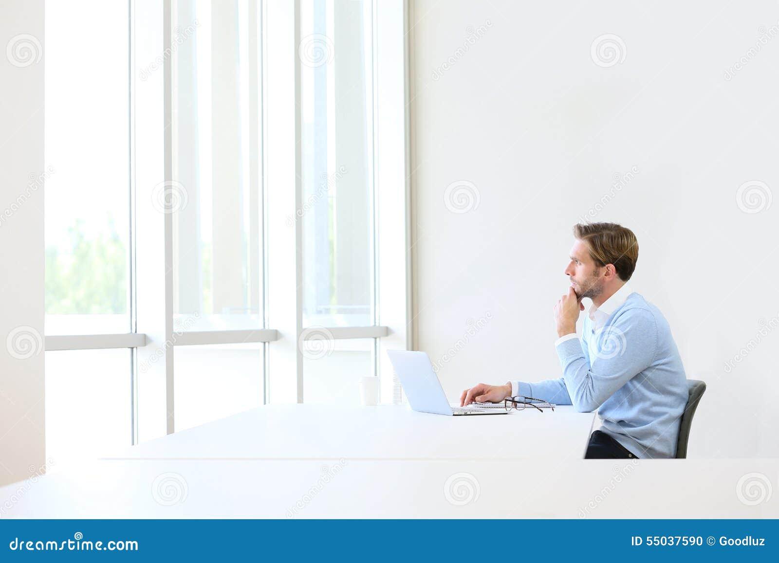 Hombre de negocios que se imagina nuevo concepto del negocio