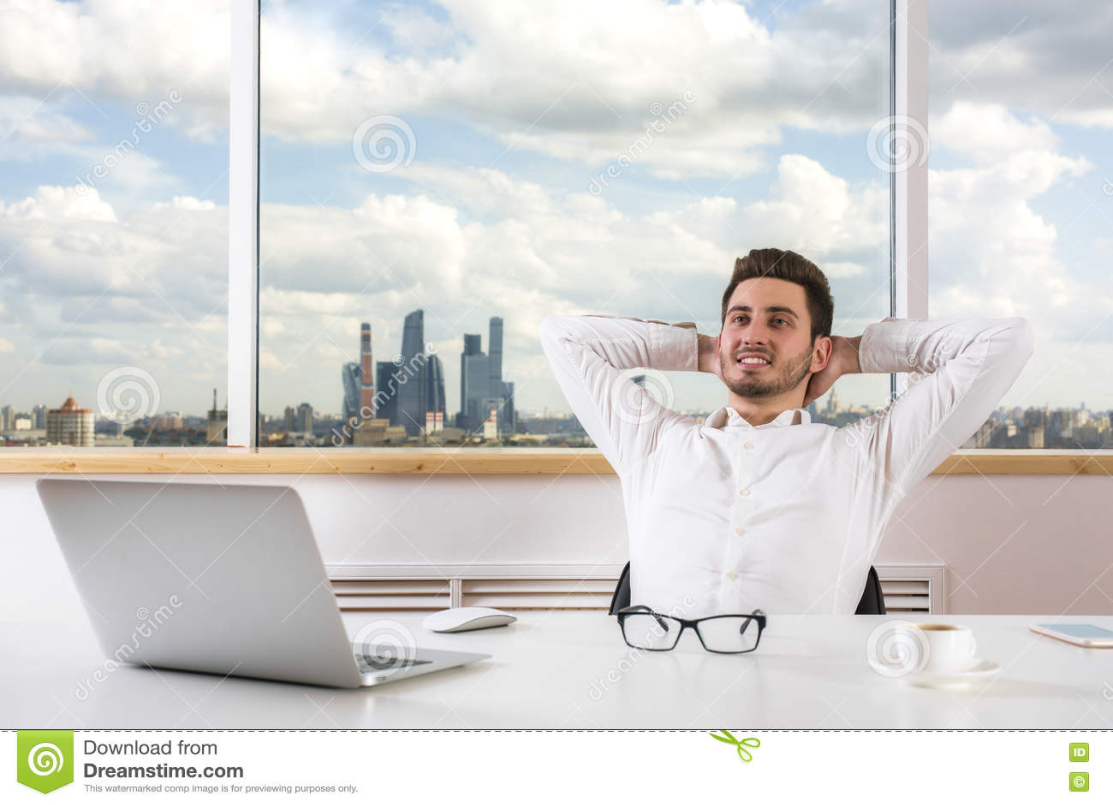 Hombre de negocios que se relaja en oficina