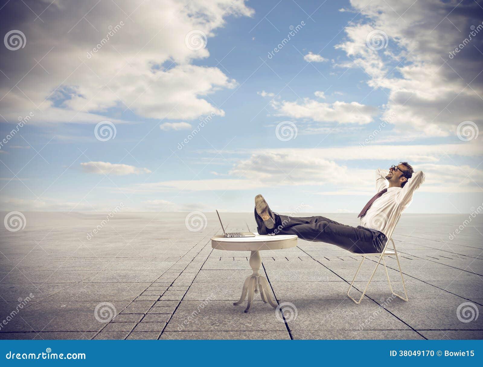 Hombre de negocios que se relaja mirando el cielo