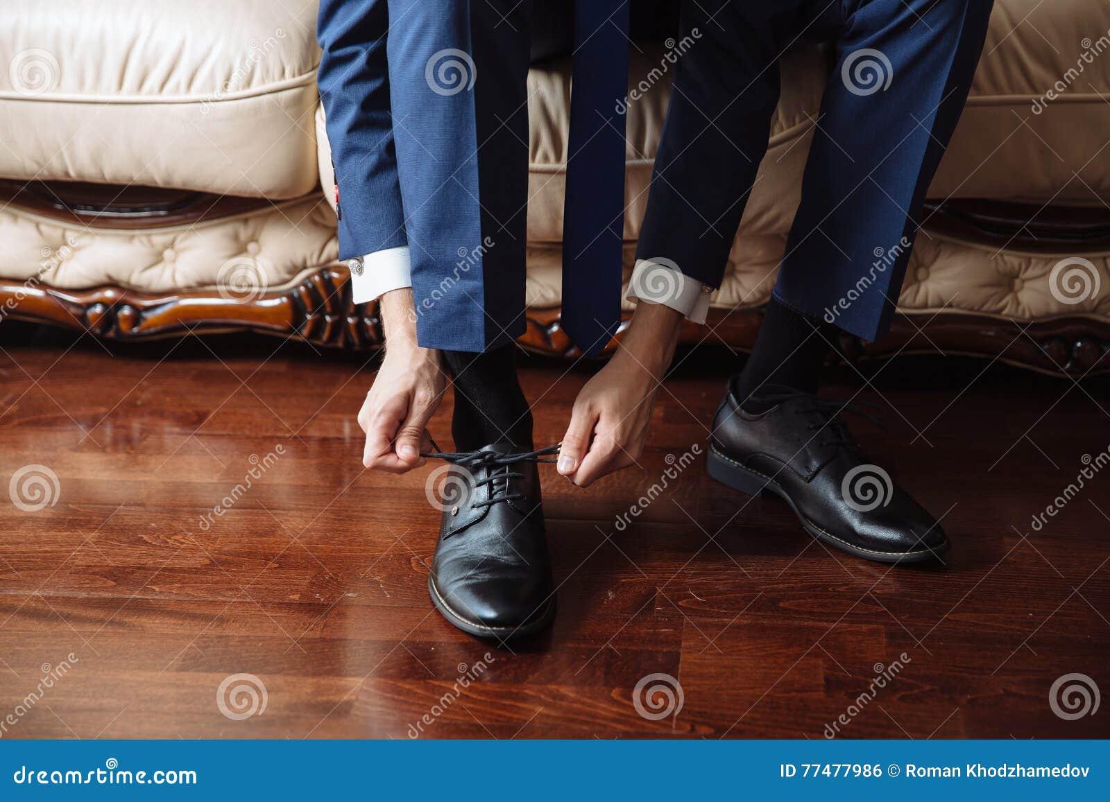 c0dddb197b340 Hombre De Negocios Que Se Viste Para Arriba Con Los Zapatos Clásicos ...