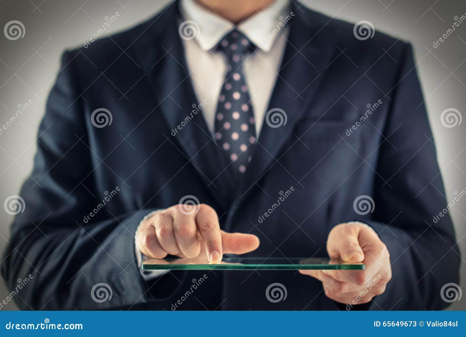 Hombre de negocios que sostiene el móvil transparente futurista en blanco, elegante