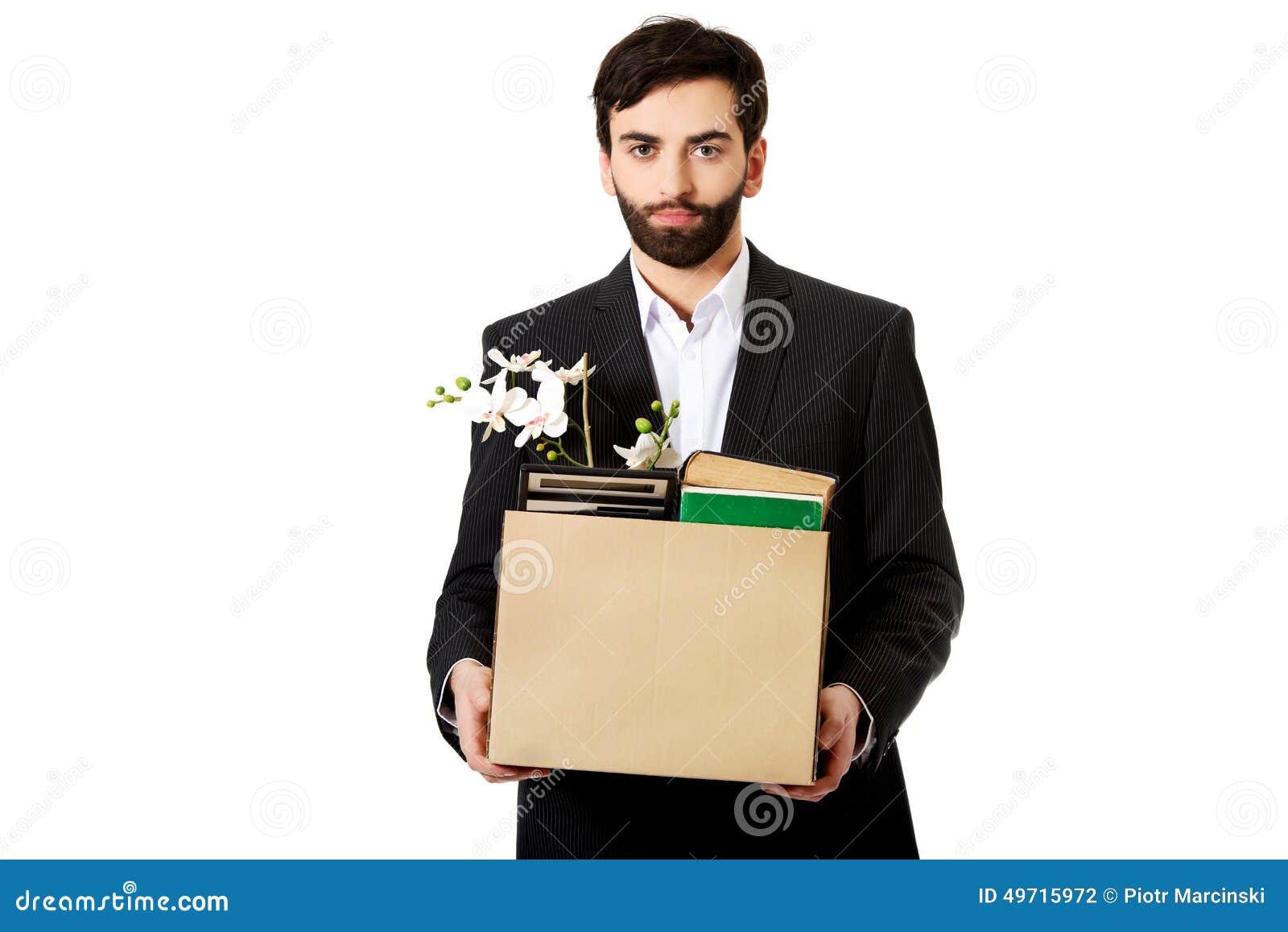 Hombre de negocios que sostiene la caja con los objetos personales