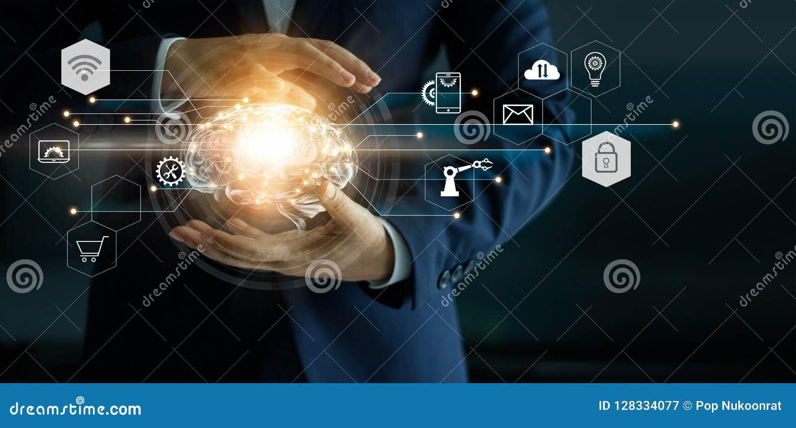 Hombre de negocios que sostiene las herramientas abstractas del cerebro y del icono en interfaz