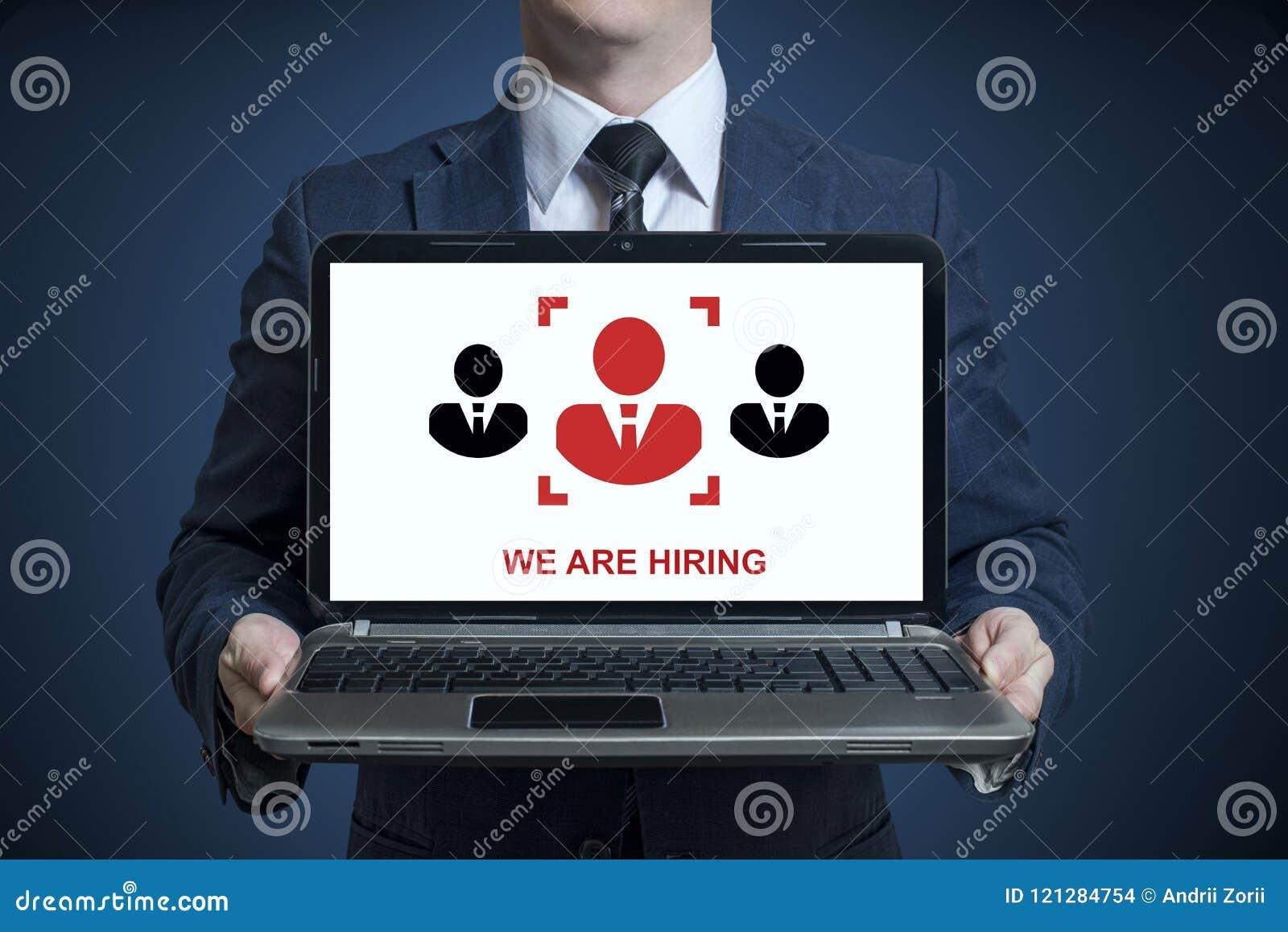 Hombre de negocios que sostiene un ordenador portátil con un mensaje que estamos empleando