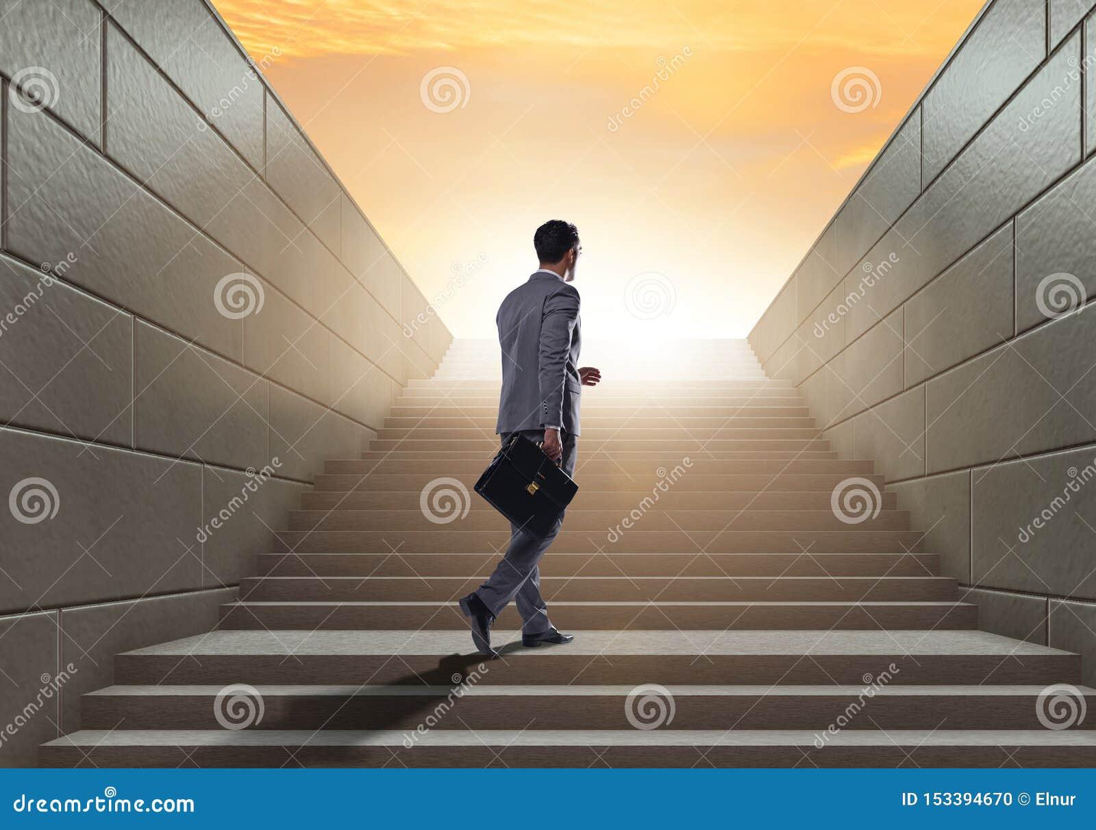 Hombre de negocios que sube la escalera para arriba estimulante de la carrera en el negocio co