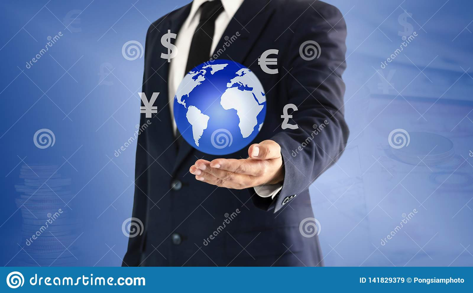Hombre de negocios que toca el mundo y el icono de la moneda virtuales a mano El concepto del intercambio de moneda principal se