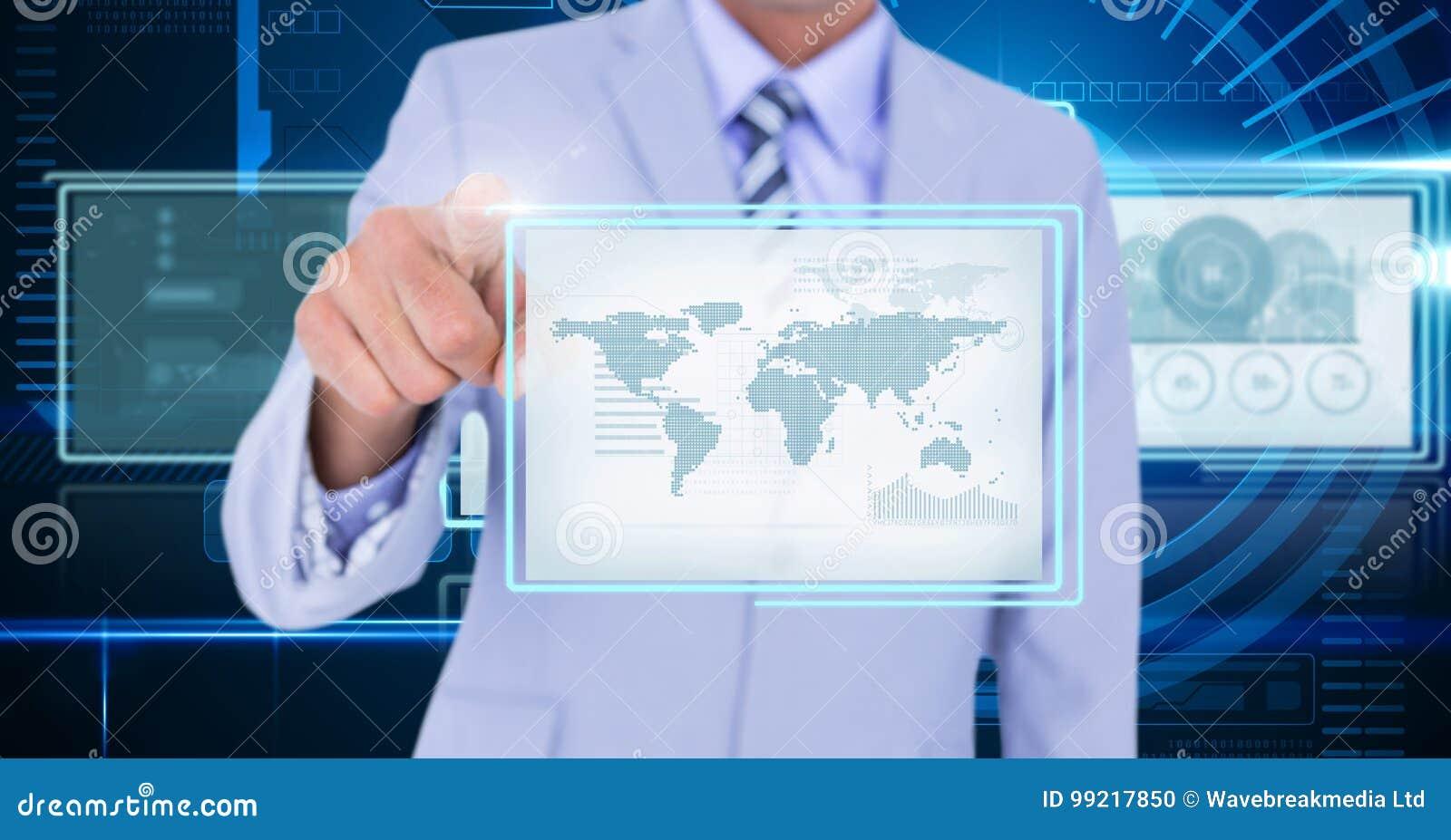 Hombre de negocios que toca y que obra recíprocamente con los paneles del interfaz de la tecnología