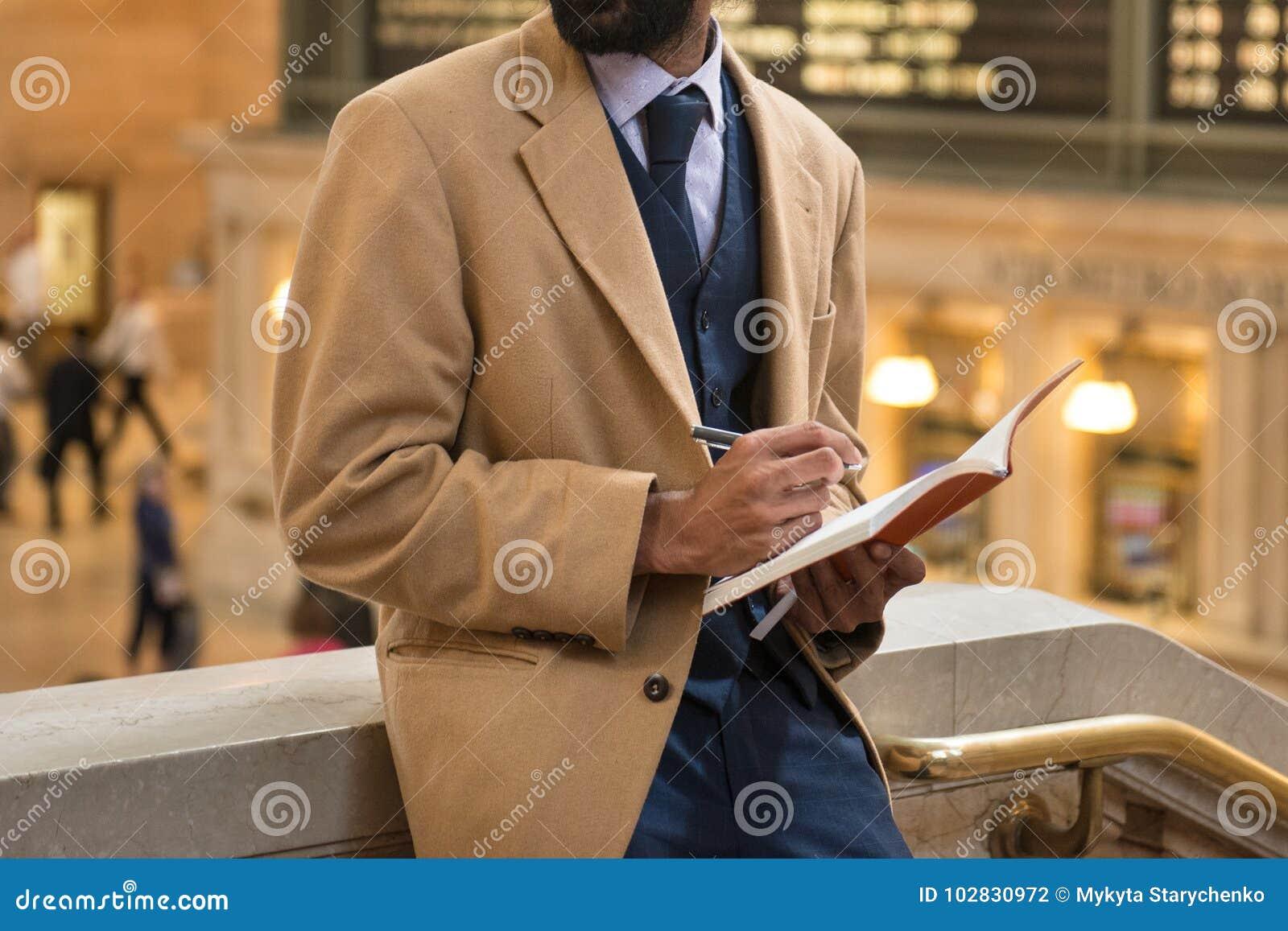 De El Hombre Toma Usando La Negocios Que Traje Nota Chaqueta Y zqdwqZ