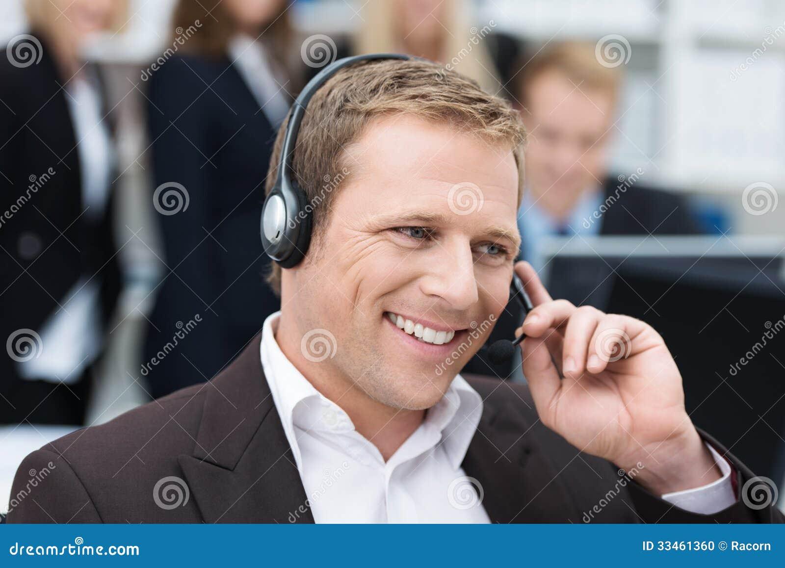 Hombre de negocios que toma una llamada en auriculares