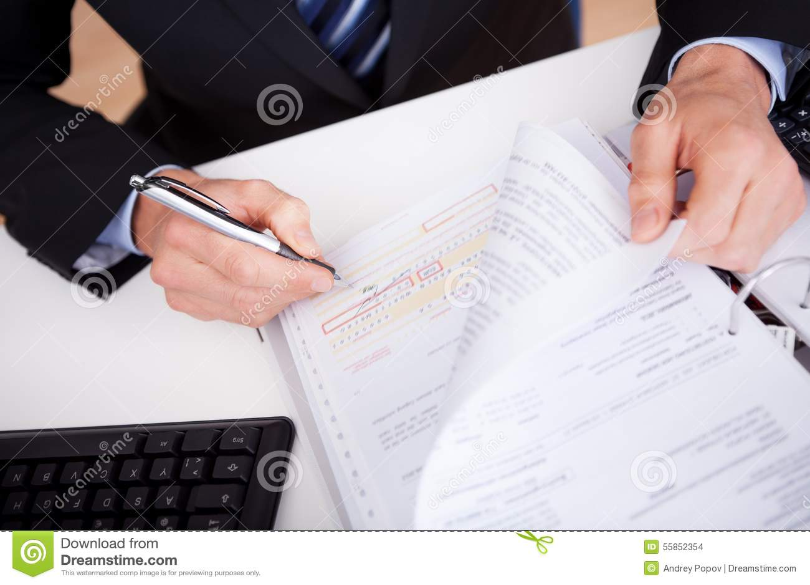 Hombre de negocios que trabaja en el escritorio