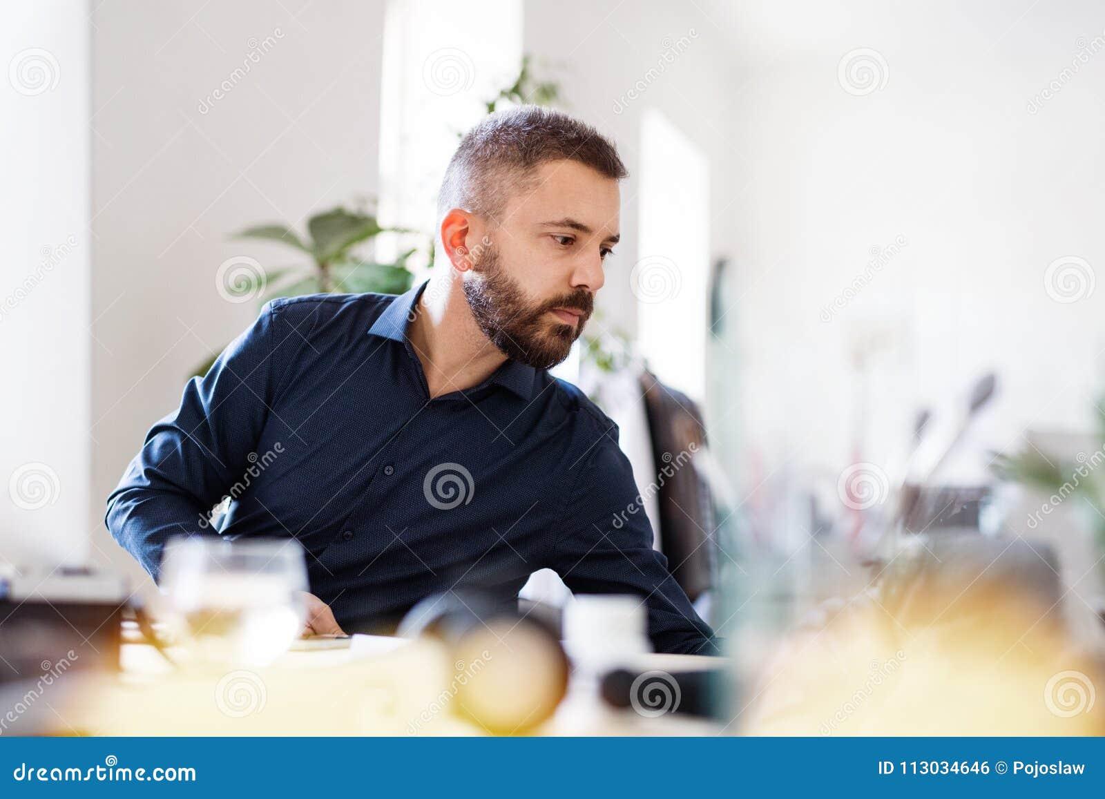 Hombre de negocios que trabaja en el escritorio en su oficina