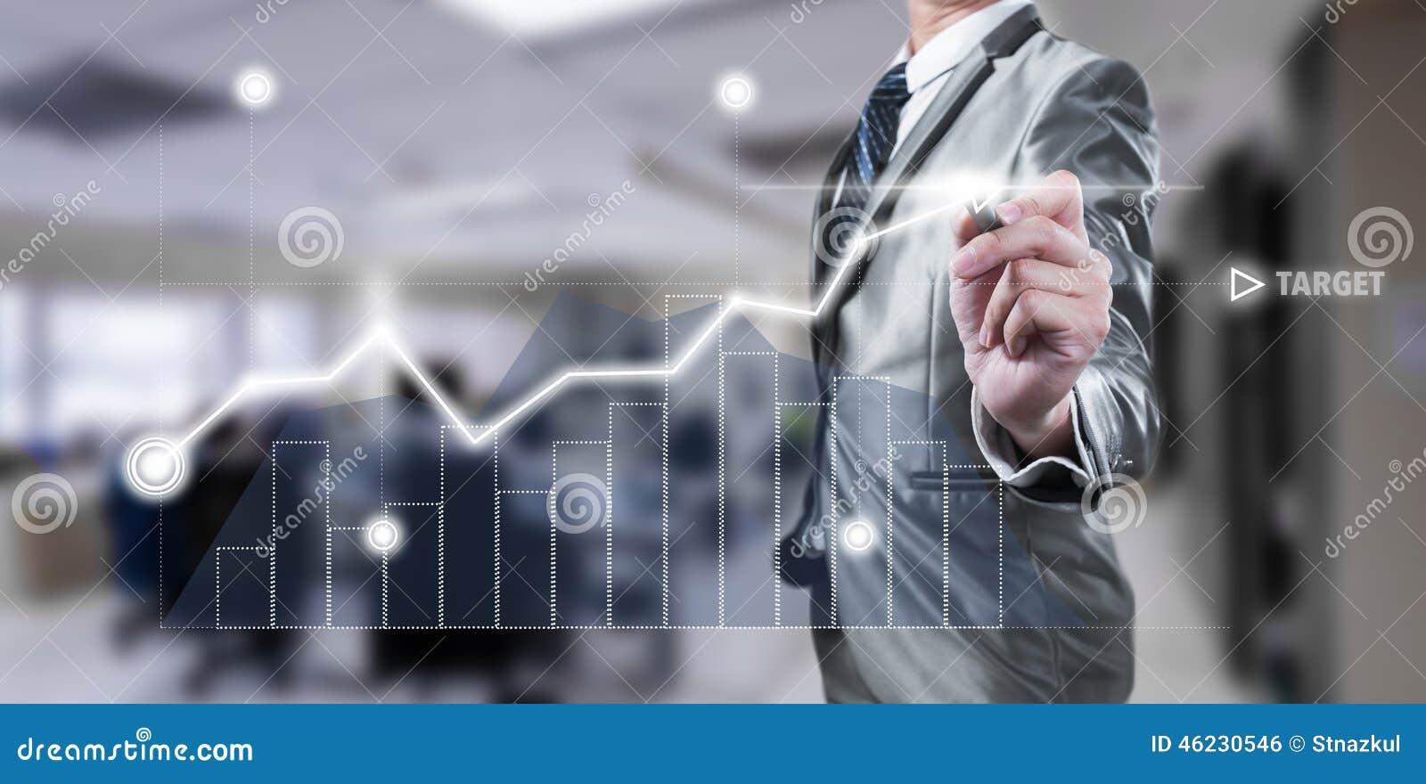 Hombre de negocios que trabaja en la carta digital, concepto de la estrategia empresarial