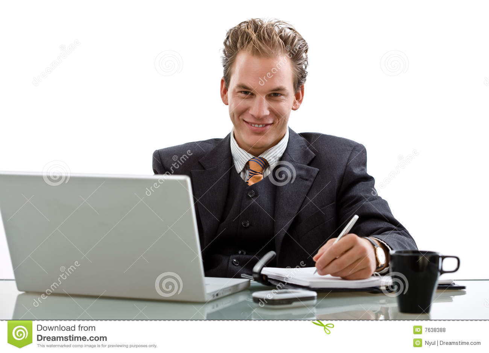 Hombre de negocios que trabaja en la computadora portátil aislada