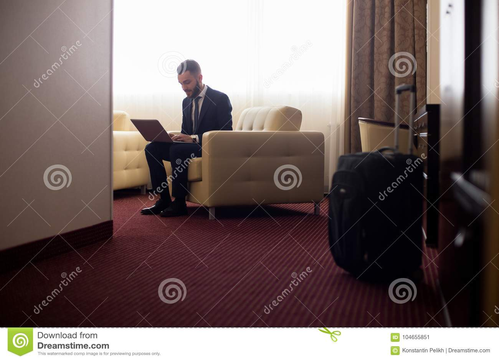 Hombre de negocios que trabaja en la habitación
