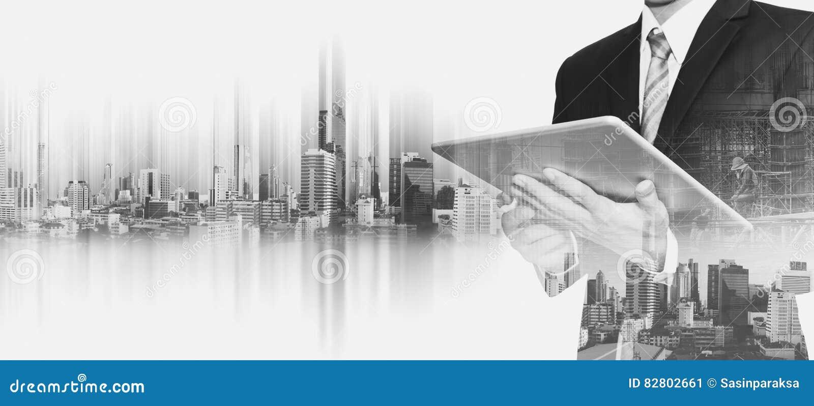 Hombre de negocios que trabaja en la tableta digital con la ciudad de Bangkok de la exposición doble, conceptos de desarrollo de