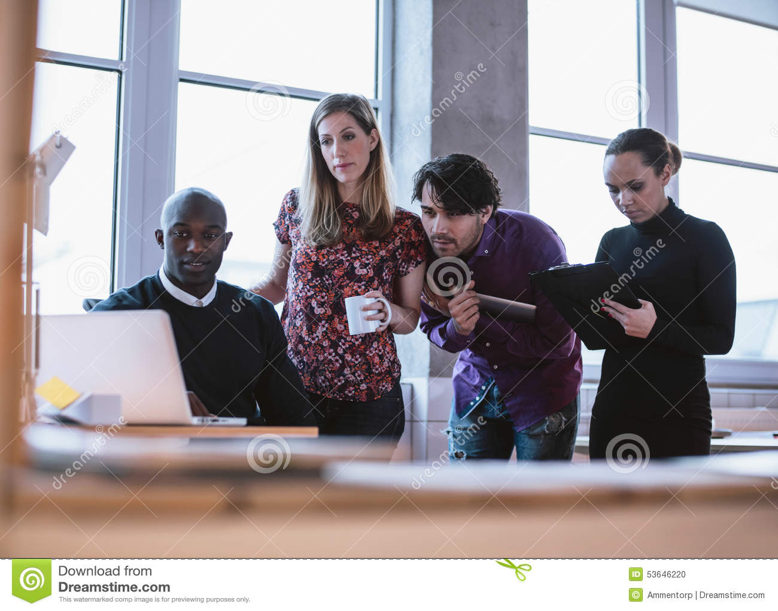 Hombre de negocios que trabaja en un proyecto con los colegas