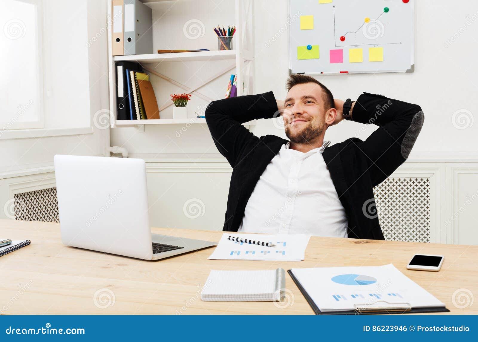 Hombre de negocios relajado joven con el ordenador for Ordenador oficina