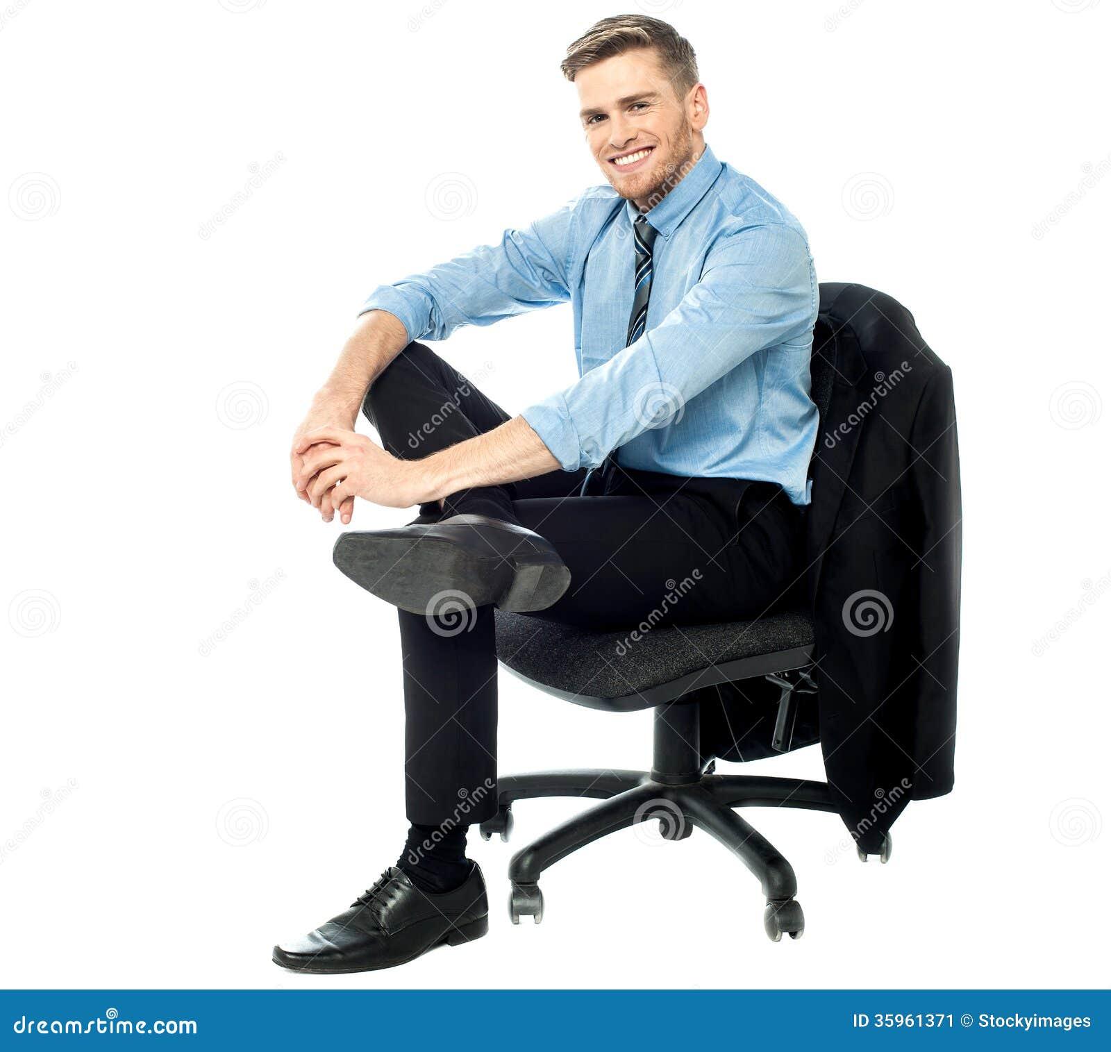 Hombre de negocios relajado que presenta ocasional