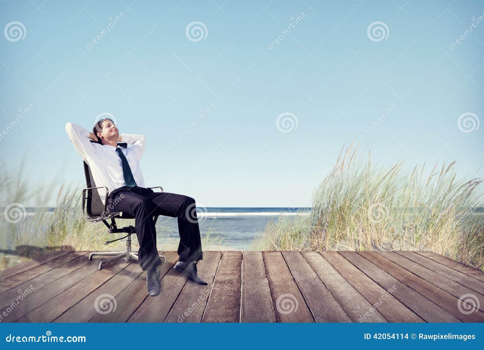 Hombre de negocios relaxing en silla de la oficina en la for Xxx porno en la oficina